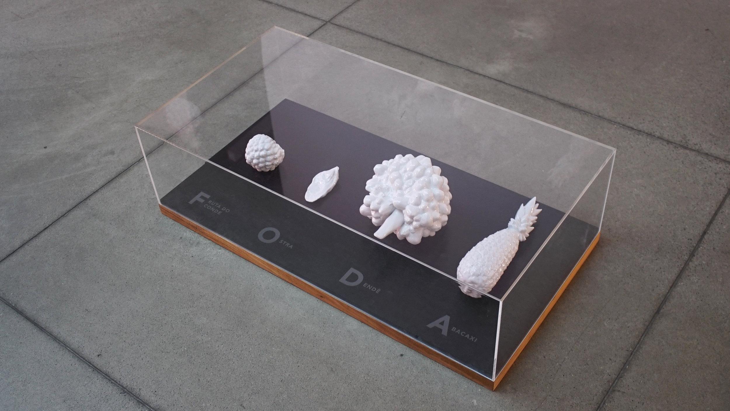 Suporte de madeira com tampo em acrílico cristal  Medida total com tampo de acrílico 26x90x46cm (alt. x comp. x prof.)