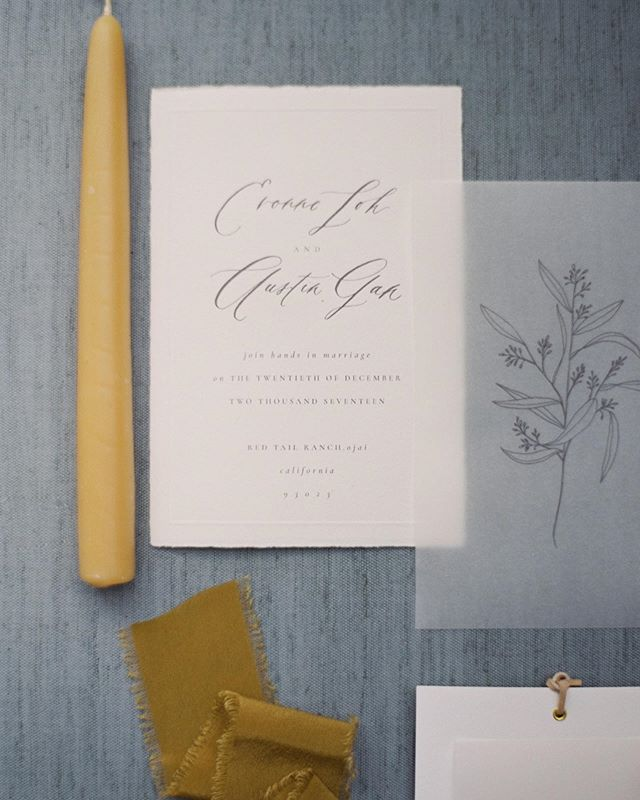 Pretty paper by @paulaleecalligraphy for Evonne and Austin's private elopement. We loved the textural elements of the torn paper and vellum overlay, but that leather wrap around the menu booklets was definitely our favorite detail!  Photography: @katieshuler.