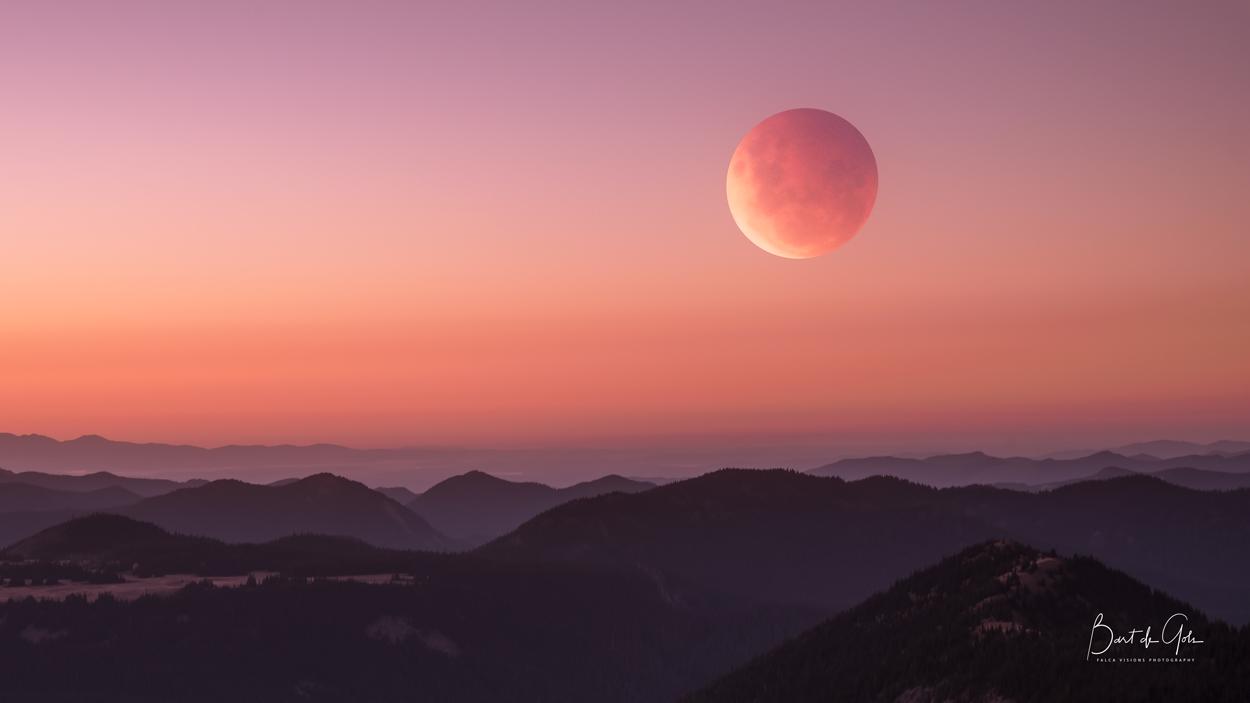 Super Blood Moon Photographed at Diege Peak at Mt. Rainier