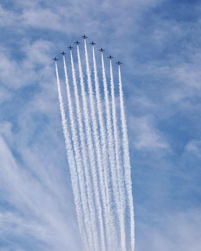 24 military jets including the  @usnavyblueangels @afthunderbirds @f35demoteam @rafredarrows flew over the Hudson River this morning to kick off the @newyorkairshow 🇺🇸🇬🇧 The NYPD Aviation Unit showing off their close formation flying skills as well 👍🏻 . . . #newyorkairshow #blueangels #thunderbirds #f35demoteam #rafredarrows #redarrows #hudsonriver #nyc #fighterjets #f35 #canon #canon100400 #canon5dmkiv #canon5dmk4 #canon5dmark4 #canon5dmarkiv #navy #airforce #military #NYPD #nypdaviation #nypdaviationunit #bellhelicopters #bell412 #bell429 #mattpecoraphoto