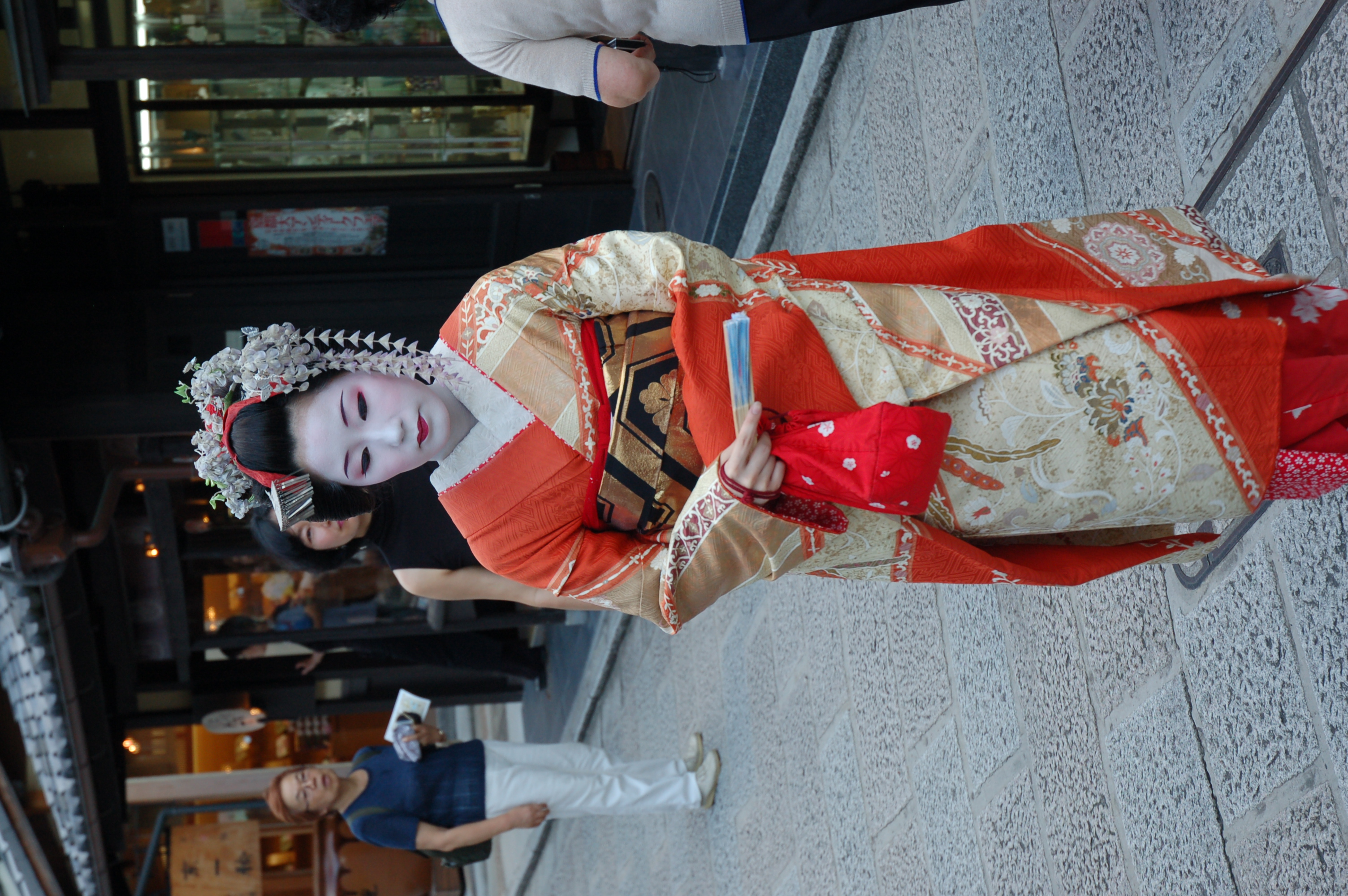On the street up to Kiyomizu-dera, spotted another 'geisha'. In the daytime, it's most likely a model not a geisha or maiko.