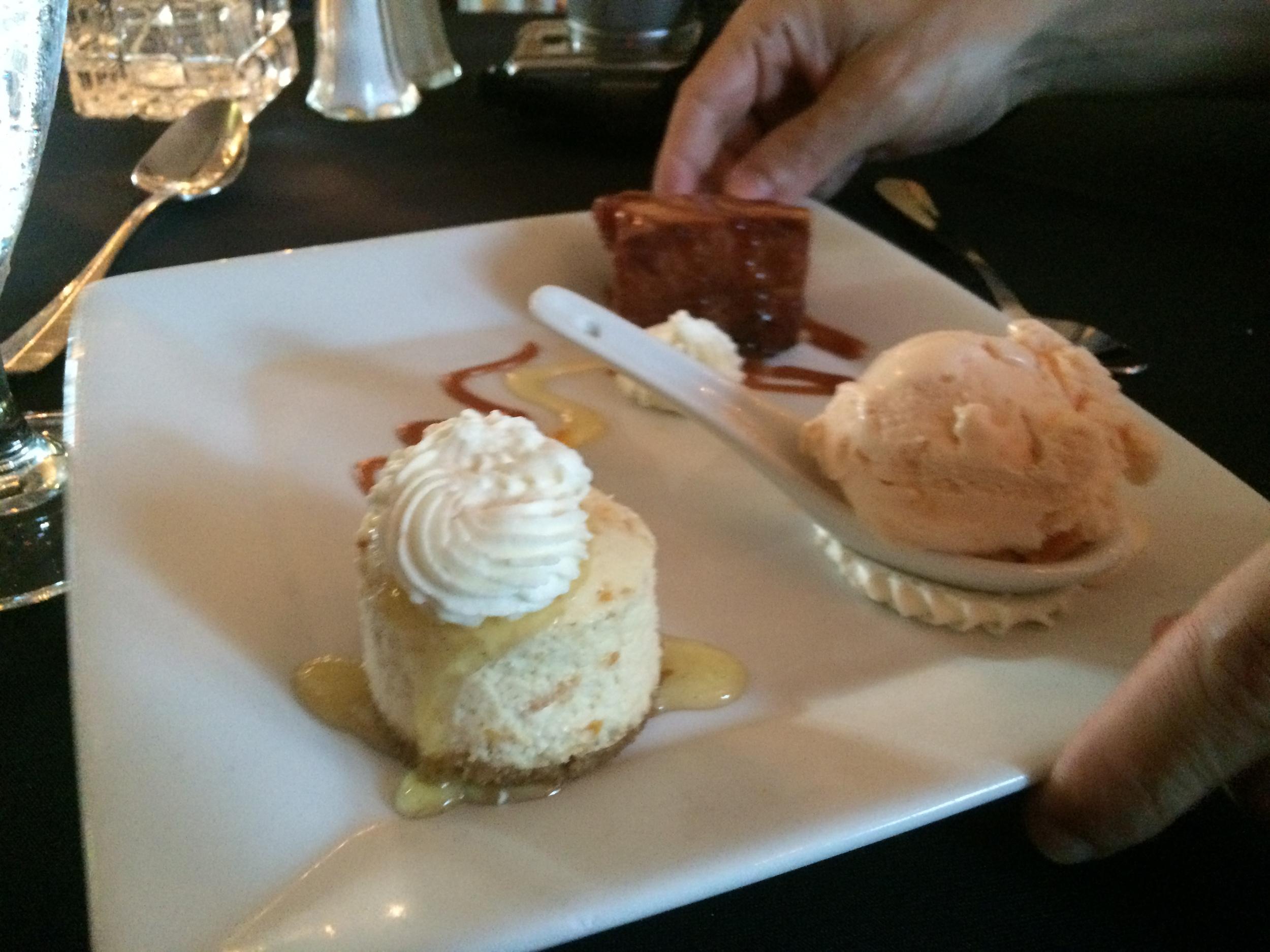 Peach Trio: Mini-Cheesecake, sorvete e Pudim de pão com Pêssego frito. Dividimos e gostamos.