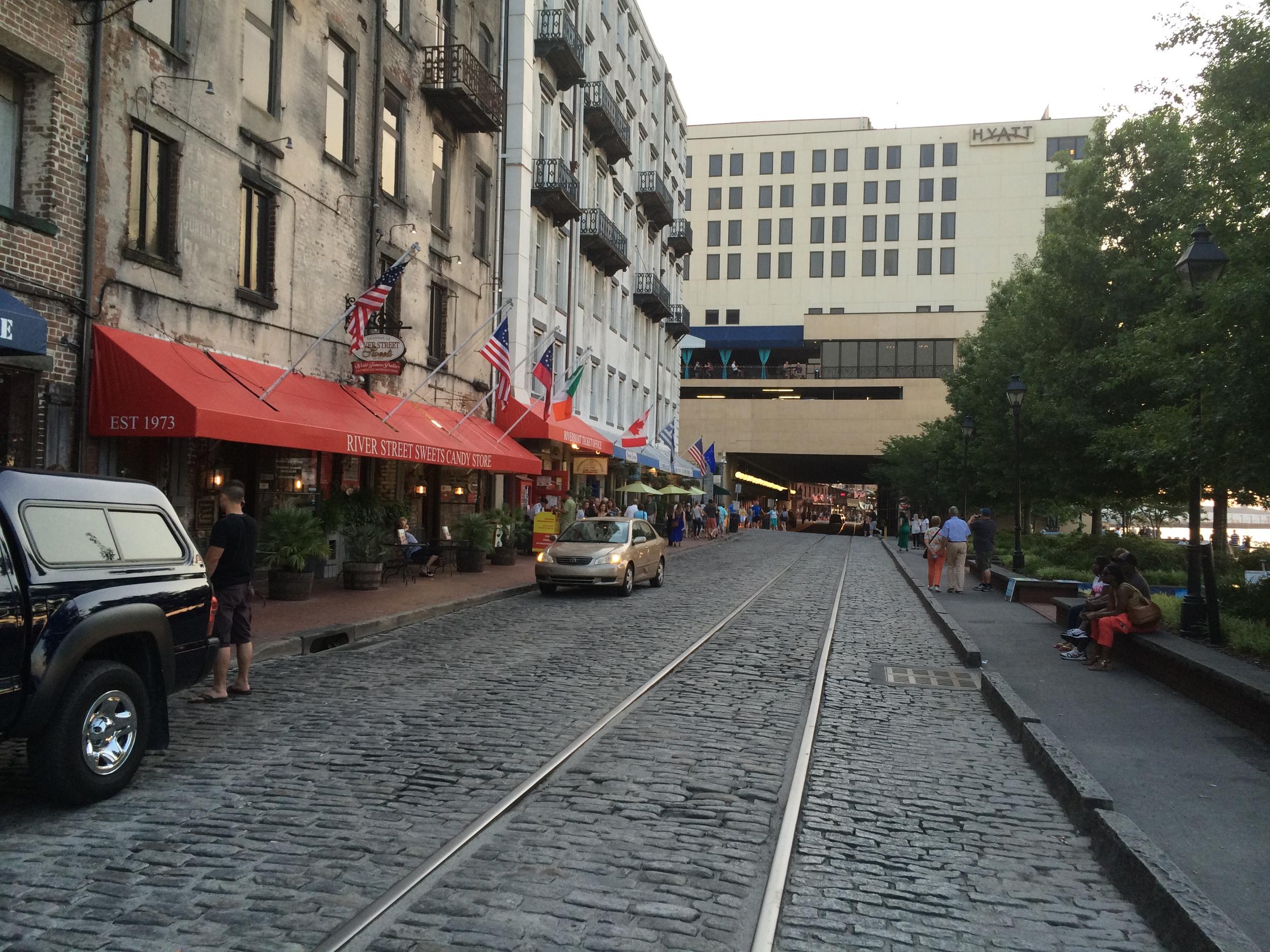 A River Street lembra um pouco o French Quarter de New Orleans. Fica cheia de gente passeando, curtindo a vista, as apresentações de rua, os bares, restaurantes e lojas.