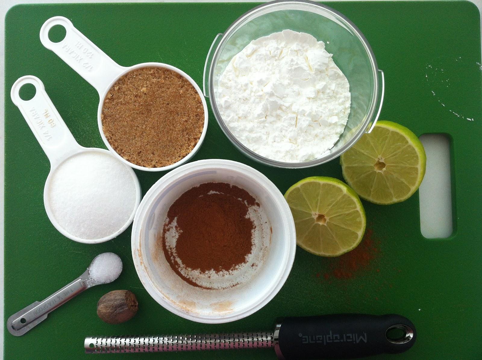 É importante que você comece a receita somente depois de ter todos os ingredientes separados e pesados. No caso do suco de limão, deixe para expremê-los mais próximo do uso, pra que o suco não fique amargo.