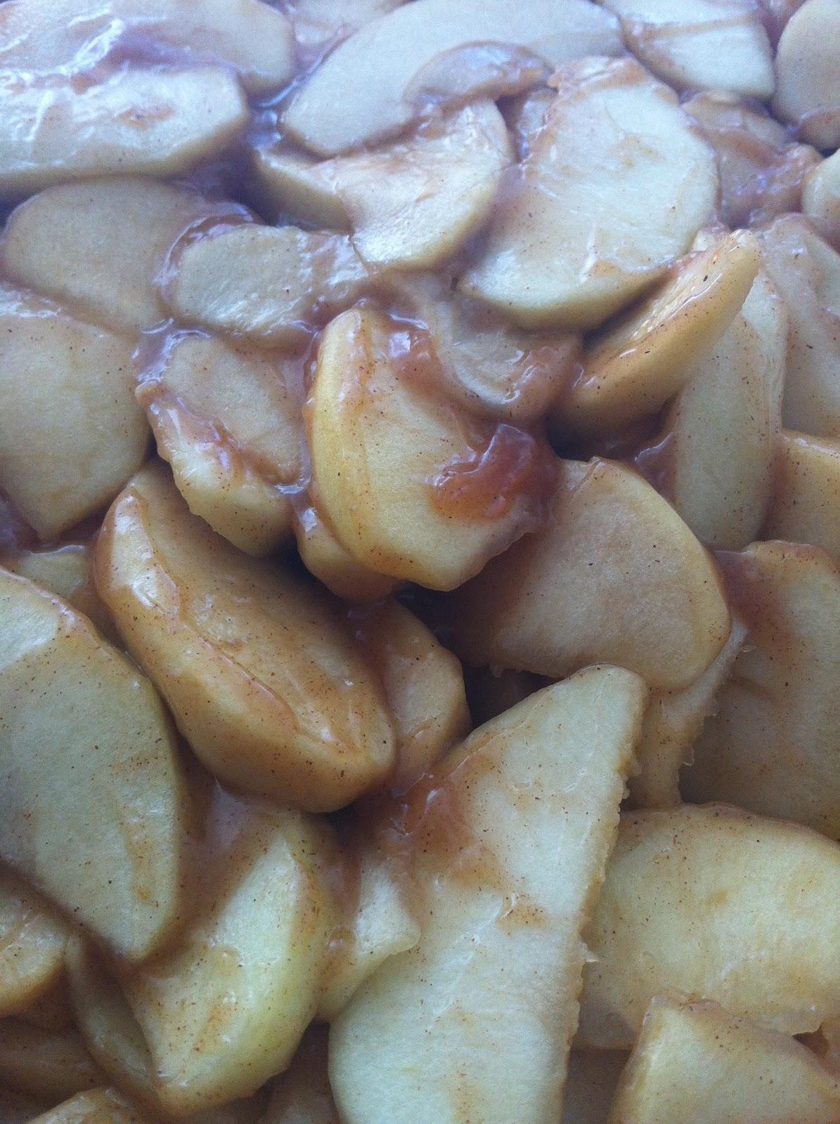 Leve-as ao forno (200 graus) em forma antiaderente, coberta com papel alumínio até que as maçãs estejam macias, mas não murchas. Este processo deverá levar algo em torno de 1 hora, então é importante retirar a forma do forno algumas vezes (de 20 em 20 minutos é uma boa) e mexer as maçãs. Retire-as do forno, adicione o suco de limão e mexa delicadamente, deixando o receio esfriar por aproximadamente 30 minutos.