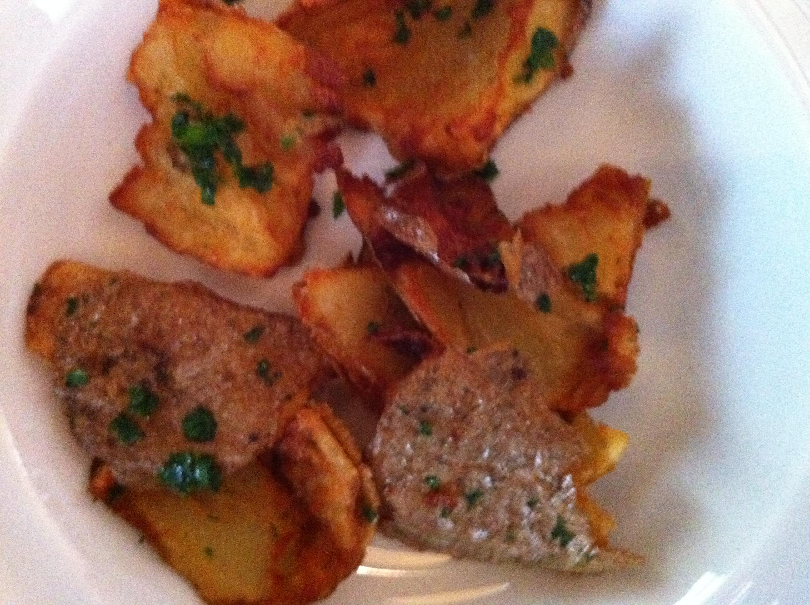 As batatas fritas mais gostosas que comi, em muito tempo. Só perdem para as que a minha avó fazia. Nunca consegui fazer igual e não encontrei nada parecido até hoje. Estas foram cozidas, rasgadas e fritas por imersão, finalizadas com flor de sal.