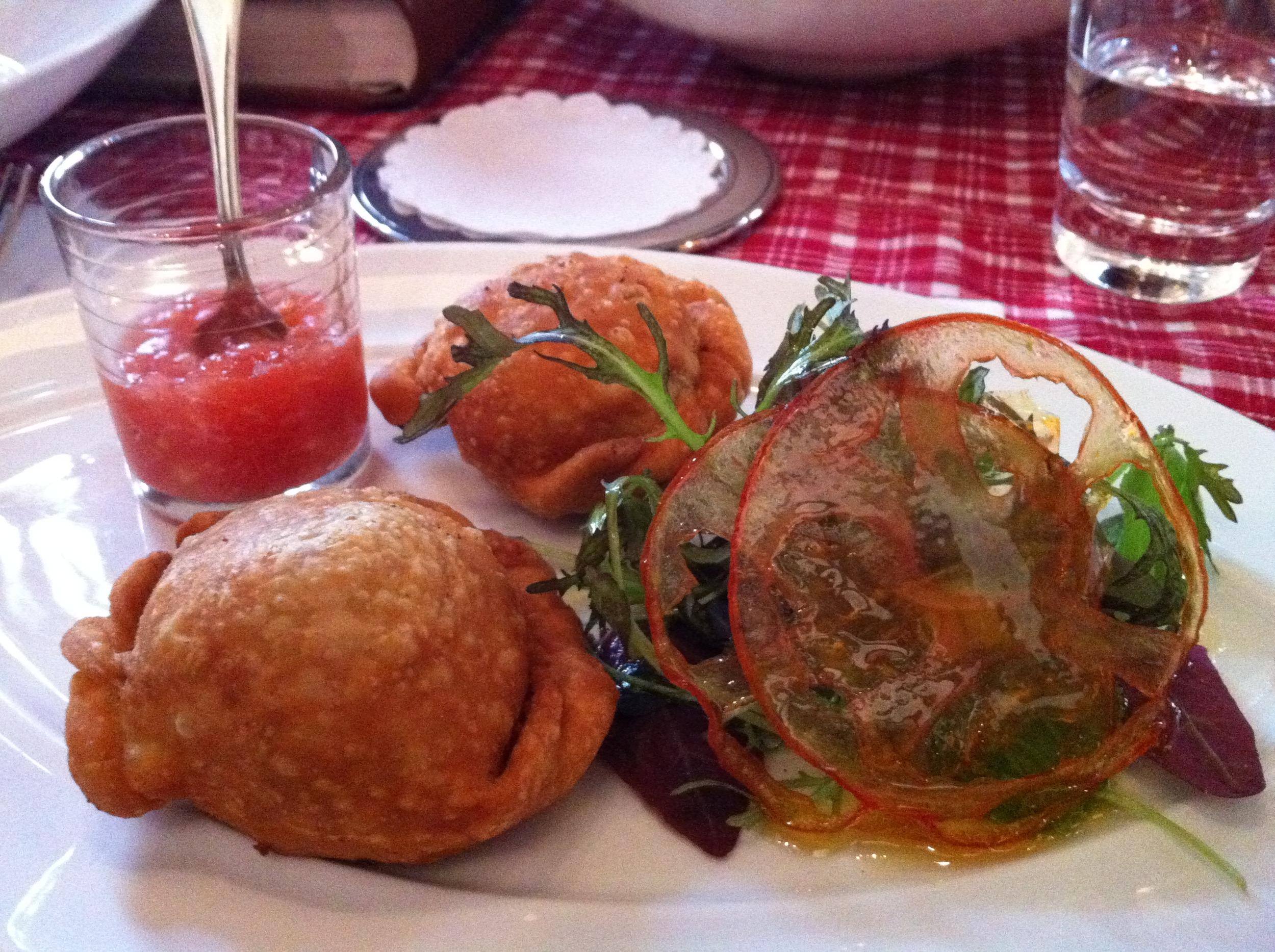 Las empanadas Mendocinas! Perfectas! Destaque para o vinagretinho de tomates que está delicioso e temperava as empanadas muito bem.