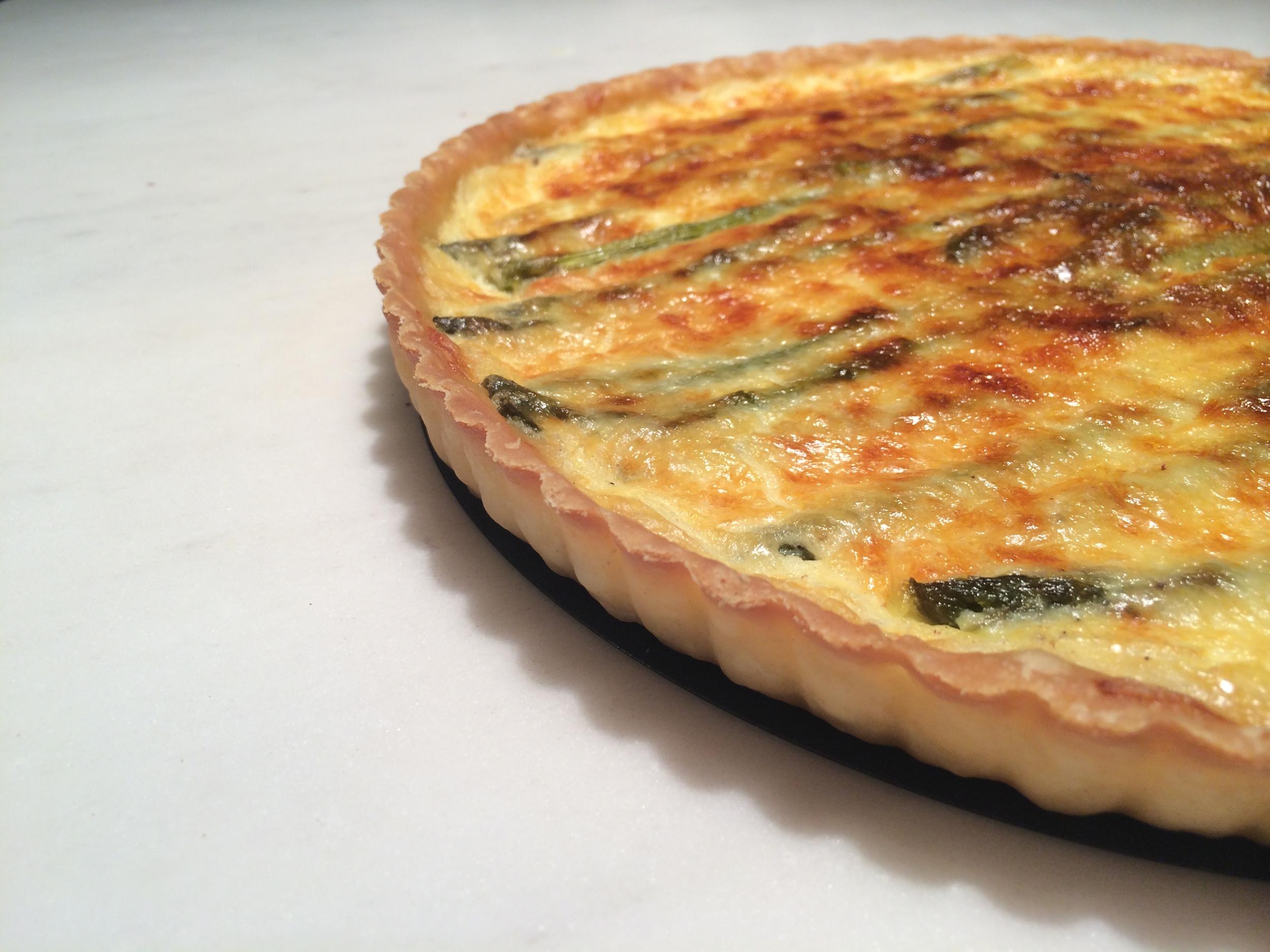 Leve ao forno, pré-aquecido a 180 graus, até que a mistura de ovos coagule. Pra saber se está pronto, bata levemente na porta do forno (no puxador, pra não queimar a mão, of course!). Se o centro da torta estiver firme, está cozido. Deixe dourar bem a superfície e retire do forno. Deixe esfriar e sirva, acompanhada com uma salada verde temperada.