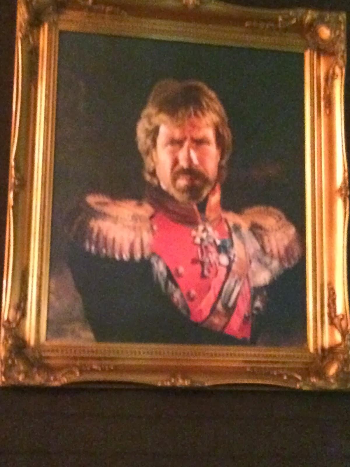 O mais divertido na decoração do lugar são três quadros, com retratos de Bruce Lee, Chuck Norris e Keith Richards vestidos com uniformes militares antigos. Muito bacana!
