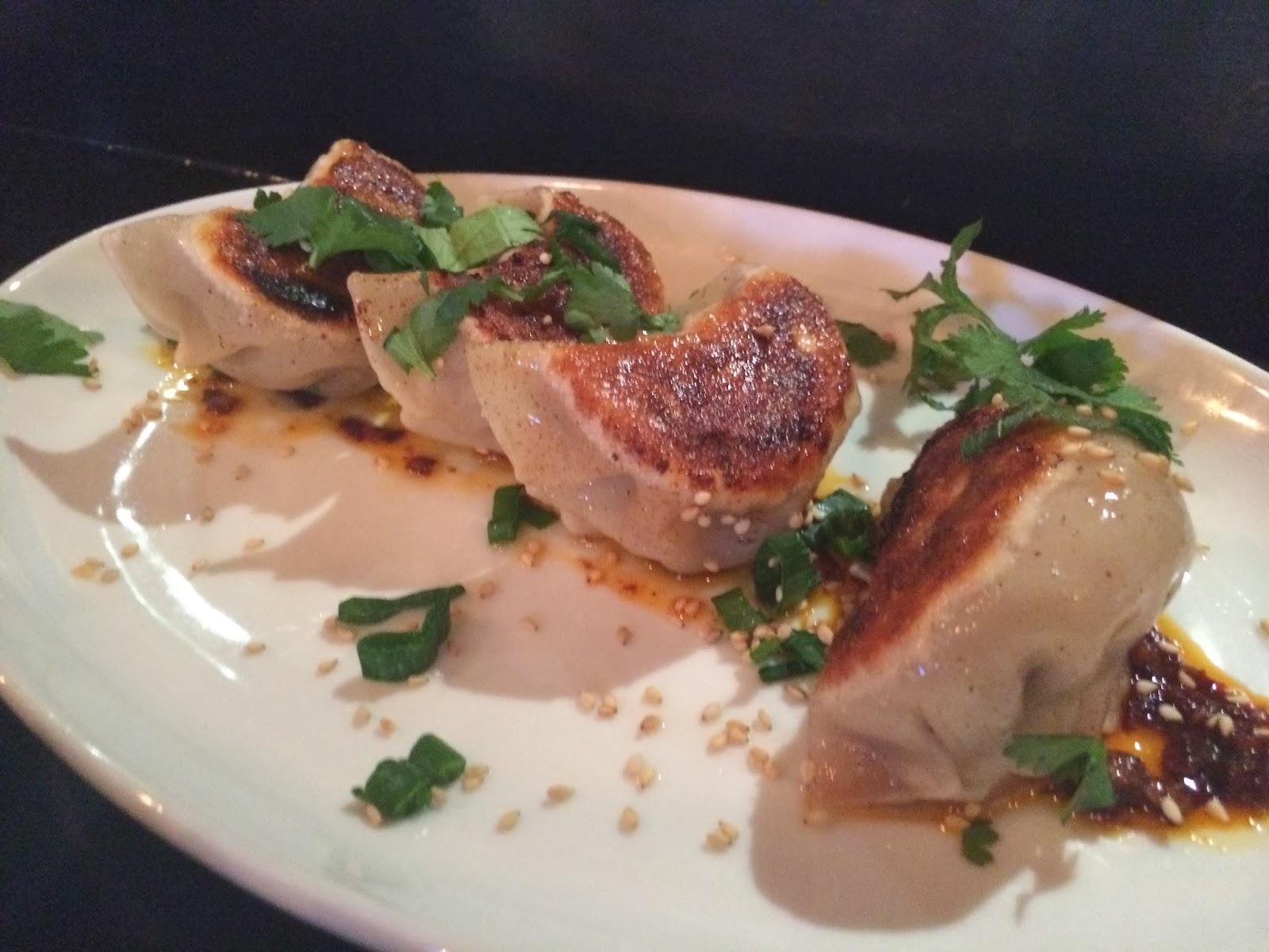 Xinjiang Cumin Lamb dumpling   : pastéisinhos recheados de carne de cordeiro com cominho e óleo de pimentas.