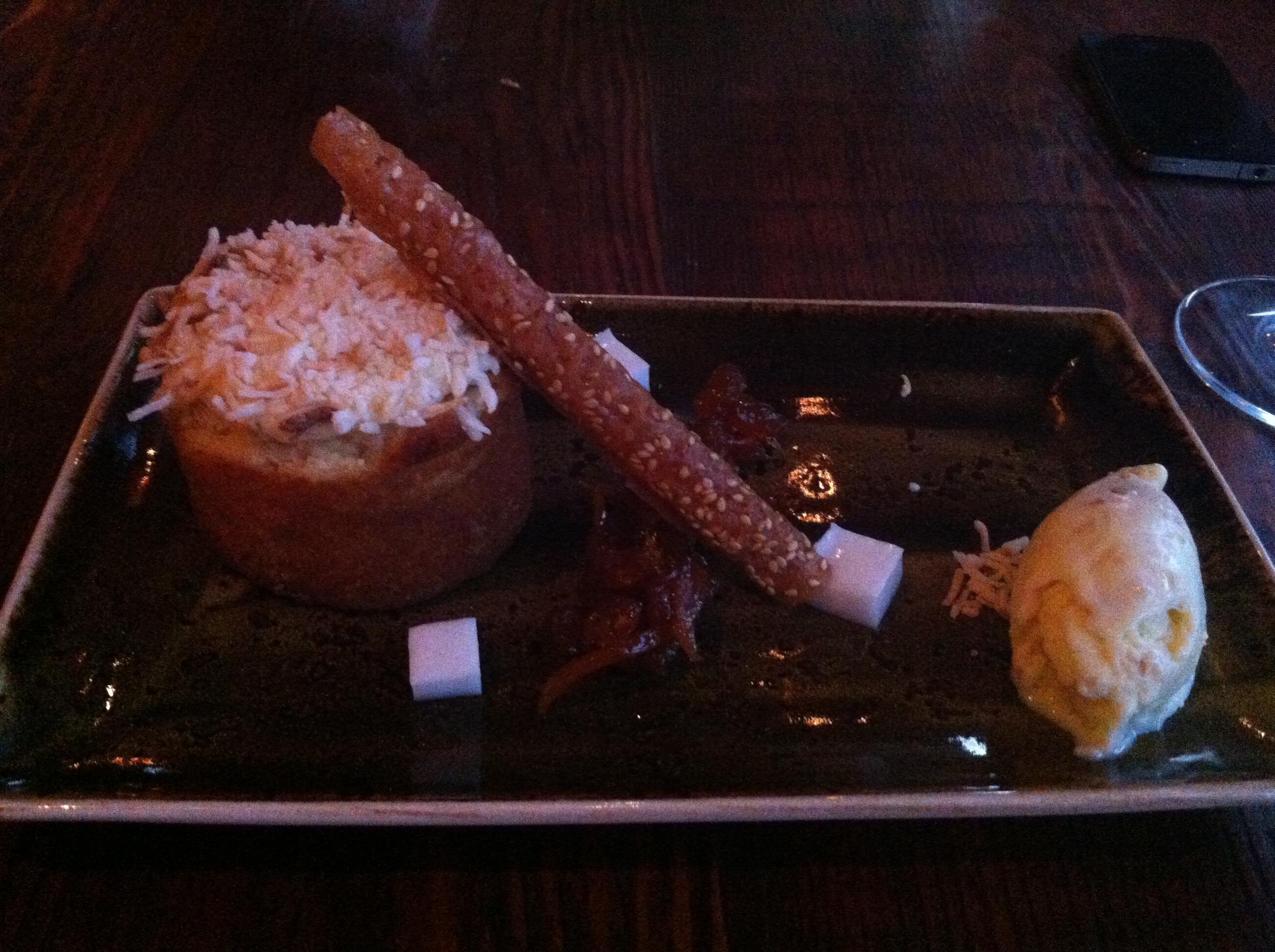 Coconut Cake   :Bolo de côco com  chutney  de abacaxi e gengibre, telha de côco e sorvete de côco. Crocante e gelado, com a picância das especiarias e dulçor misturados perfeitamente!