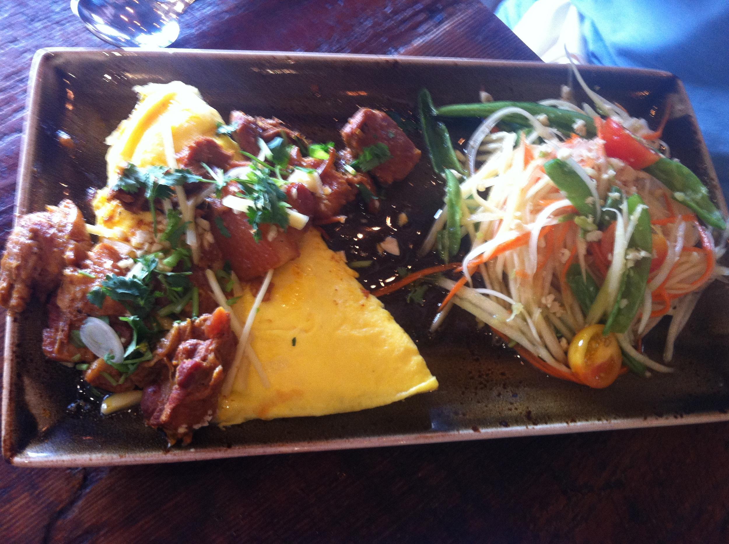Pork Belly Curry Omelete   : Barriga de porco com  chilli  em pasta, capim santo, cúrcuma e alho. Acompanhado de salada de papaia verde. Meu marido raspou o prato.