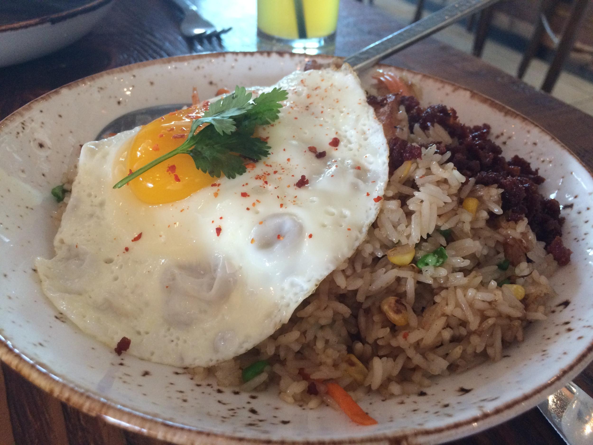 Chinese Fried Pork Rice: barriga de porco frita e sequinha, milho, ervilha, alho, gengibre, cebola, coentro e molho stir fry. Ovo frito por cima e linguiça de porco. Delícia!