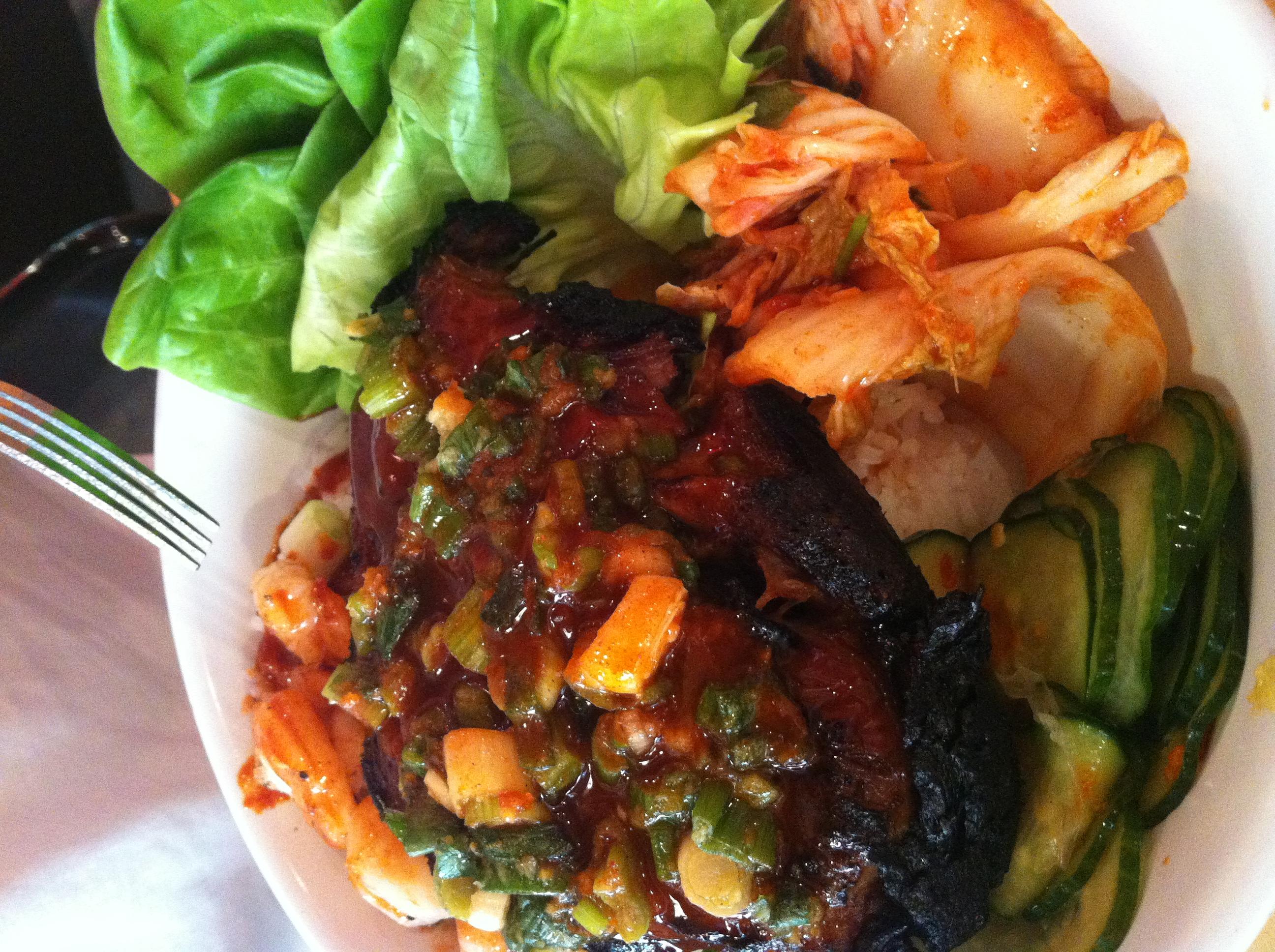 Bo Ssam : porco assado por 8 horas com molho picante, camarão grelhado, kimchi* e arroz jasmim.