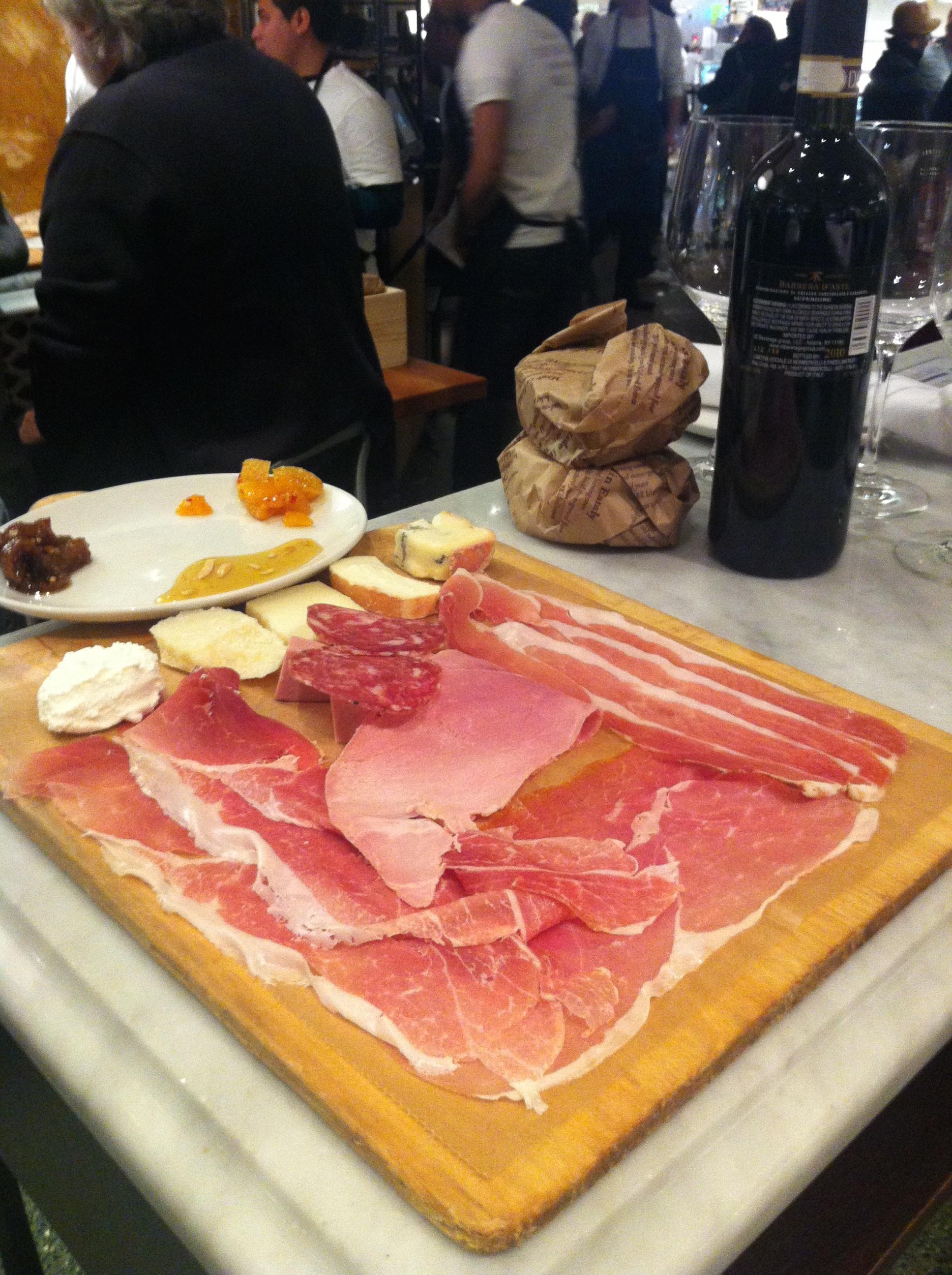 Parar pra almoçar na Salumeria e aproveitar a tábua de frioscom um delicioso Barbera D'Asti ou um Prosecco Flor e deixar o tempo passar enquanto se conversa demoradamente.