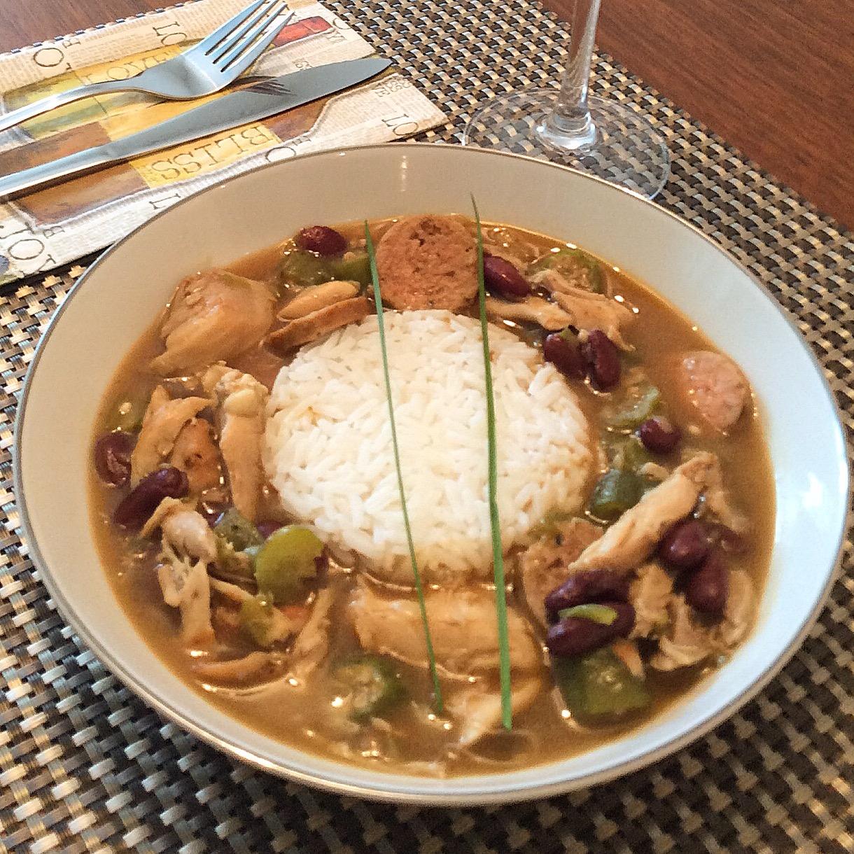 Há várias maneiras de servir o Gumbo. Por cima de quantidade generosa de arroz ou usando-o só pra fazer um charme. Aqui, o ensopado prevalece e o arroz está em quantidade suficiente pra complementar. Mas não absorve o molho todo.