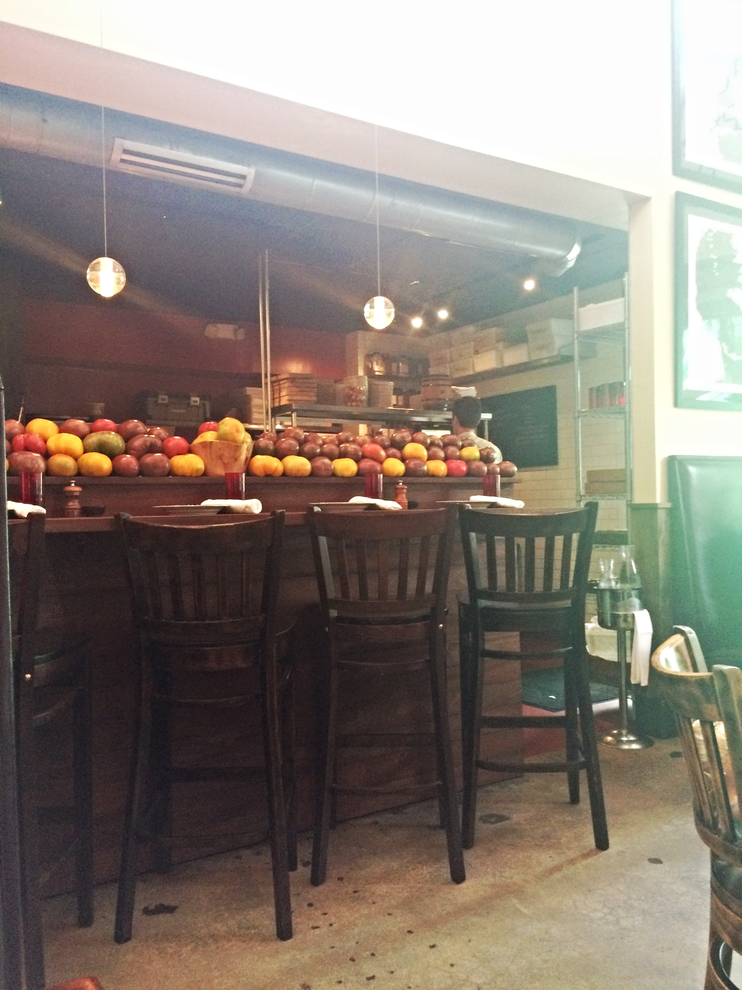 Há um balcão em frente da cozinha de onde é possível ver os cozinheiros trabalhando alucinadamente. Destaque para os  Heirloom Tomatoes  coloridos no balcão. Lindos e deliciosos!
