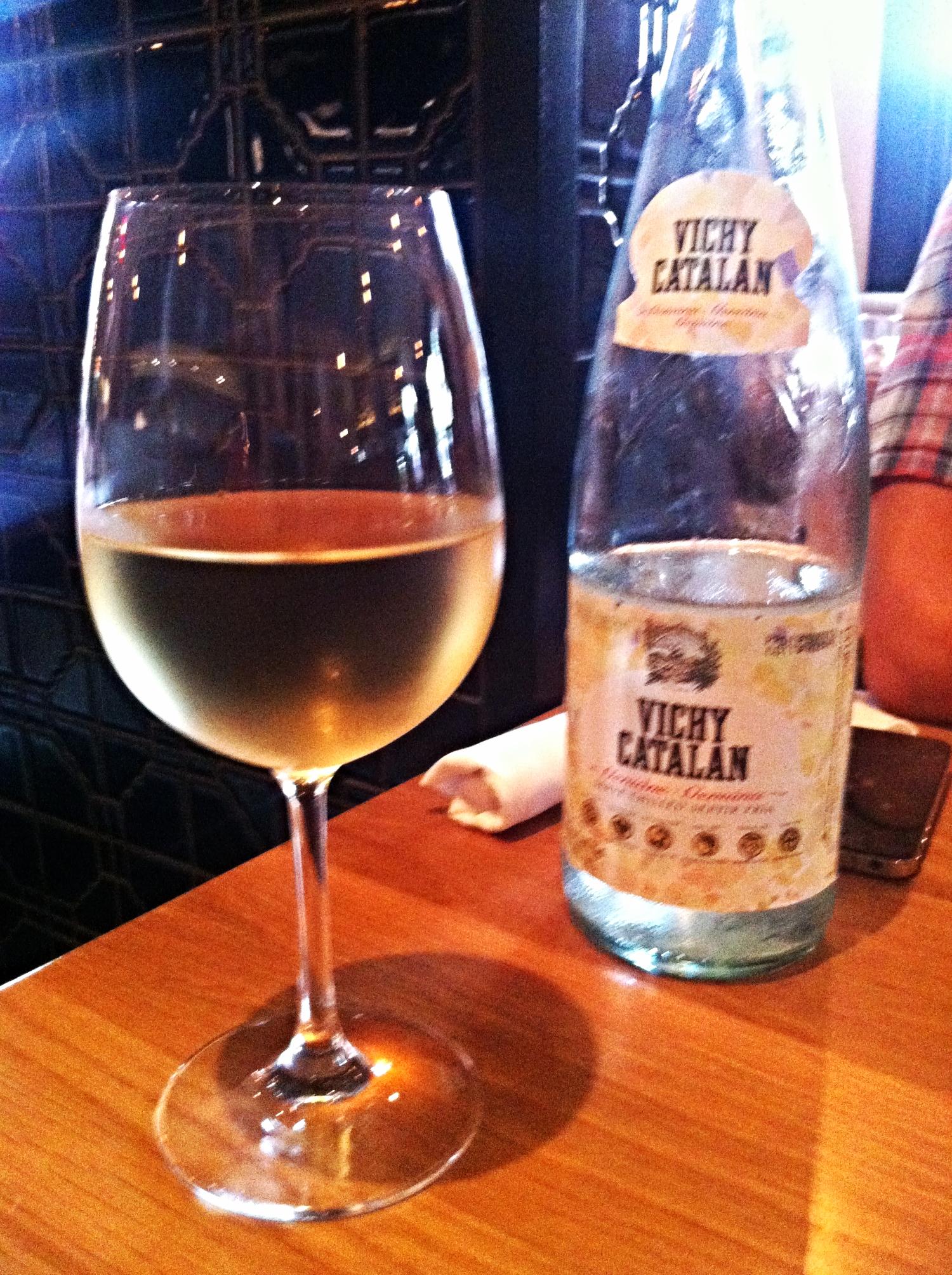 Toda vez que vamos ao restaurante iniciamos os trabalhos pedindo uma  Vichy Catalan . Pra quem gosta de água com gás, é uma pedida incrível! Ela é meio salgadinha e com muito gás. Diferente de todas as águas que você já deve ter tomado.