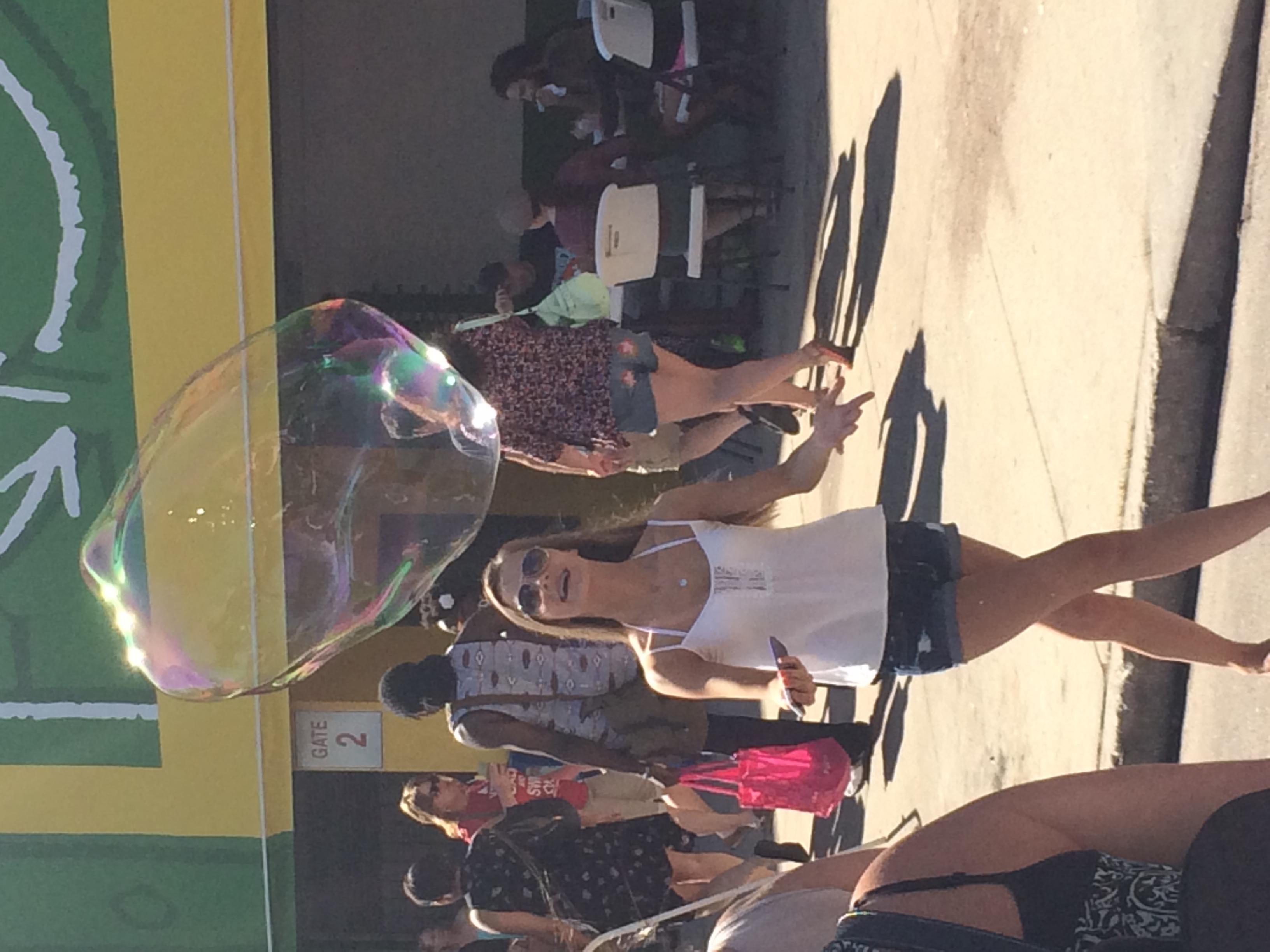 Até aparecer um menino chato que insistia em estourar todas as bolhas, quem brincava tentava mantê-las o máximo de tempo possível flutuando. Bacana demais!