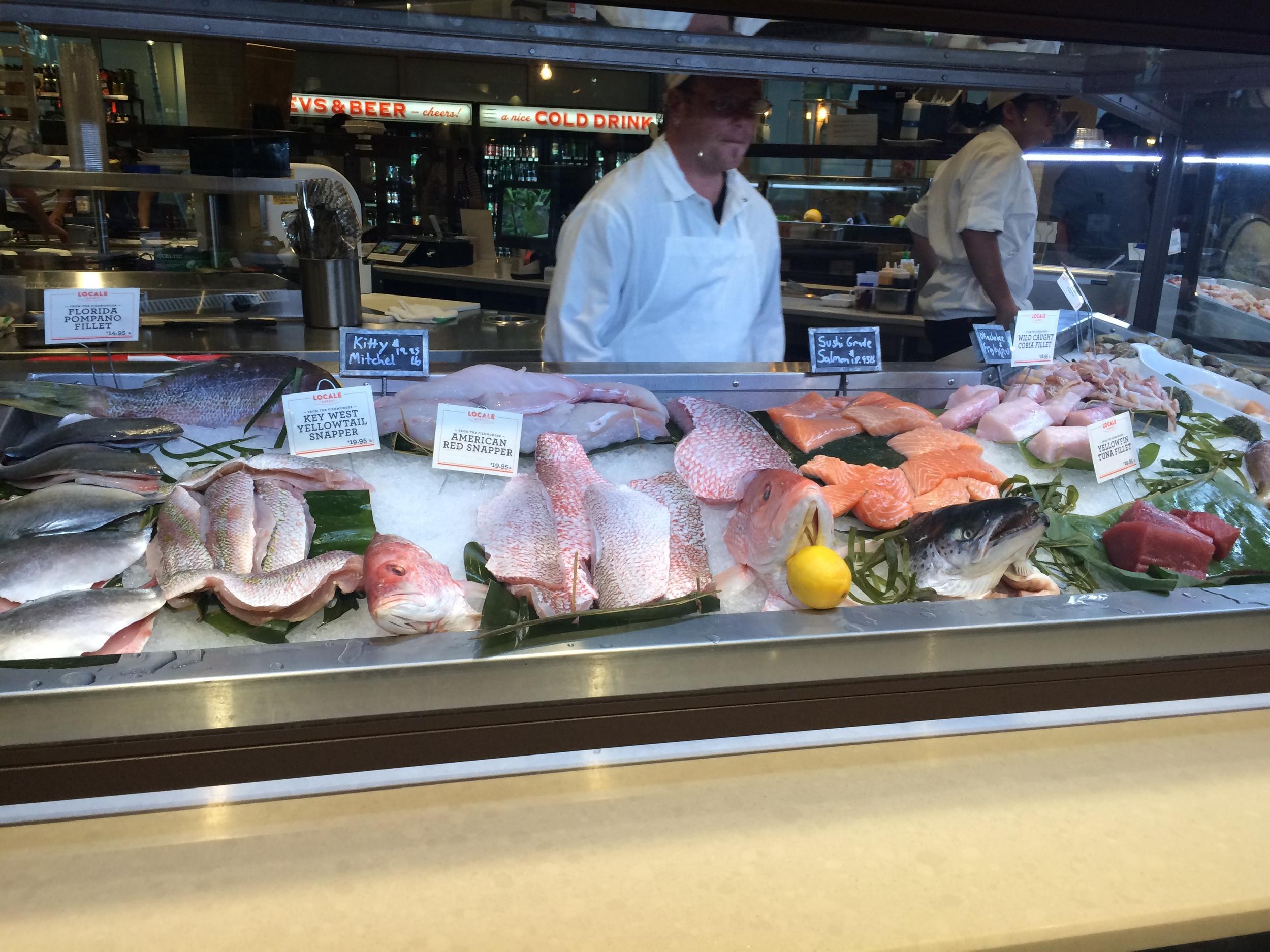 O balcão refrigerado de peixes.