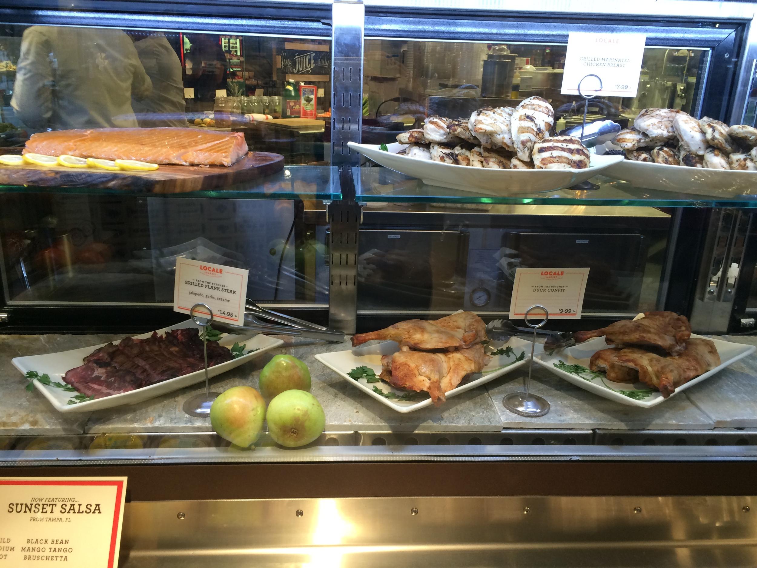 Algumas opções de proteínas curadas ou cozidas. Destaque para o Confit de Canard bem ali no meio.