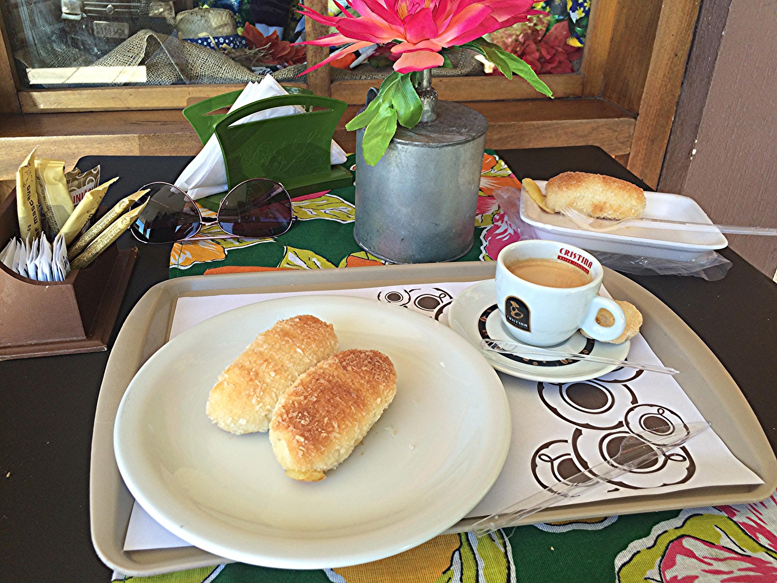 Algumas casas têm mesinhas pra você tomar um café por lá mesmo e eu aproveitei pra comer meu enroladinho lá mesmo. Frio também é bem gostoso.