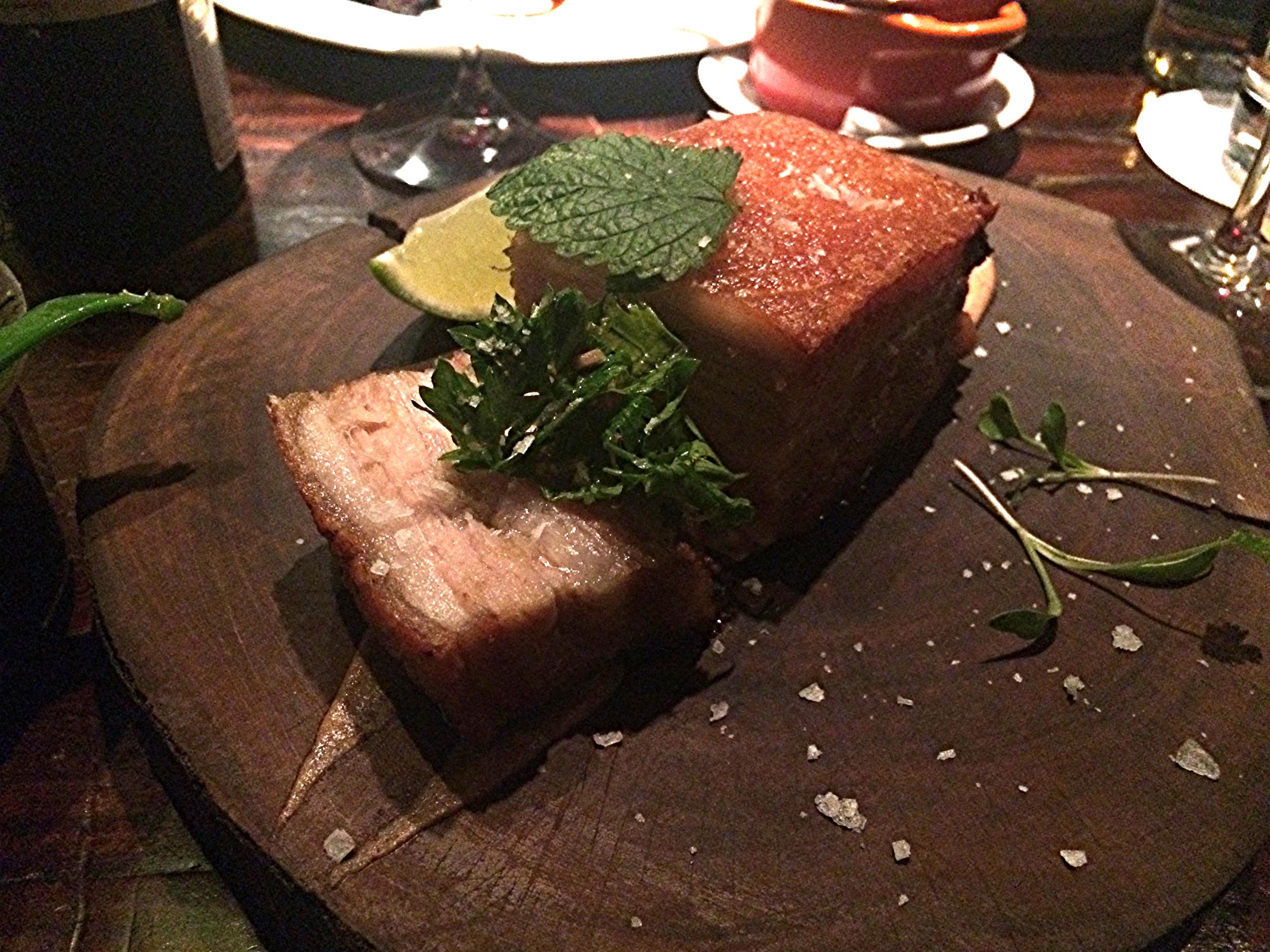 Porquinho Prensado: barriga de porco cozida a baixa temperatura, com a pele crocante. Muito gostosa também, num tamanho pra lá de generoso!
