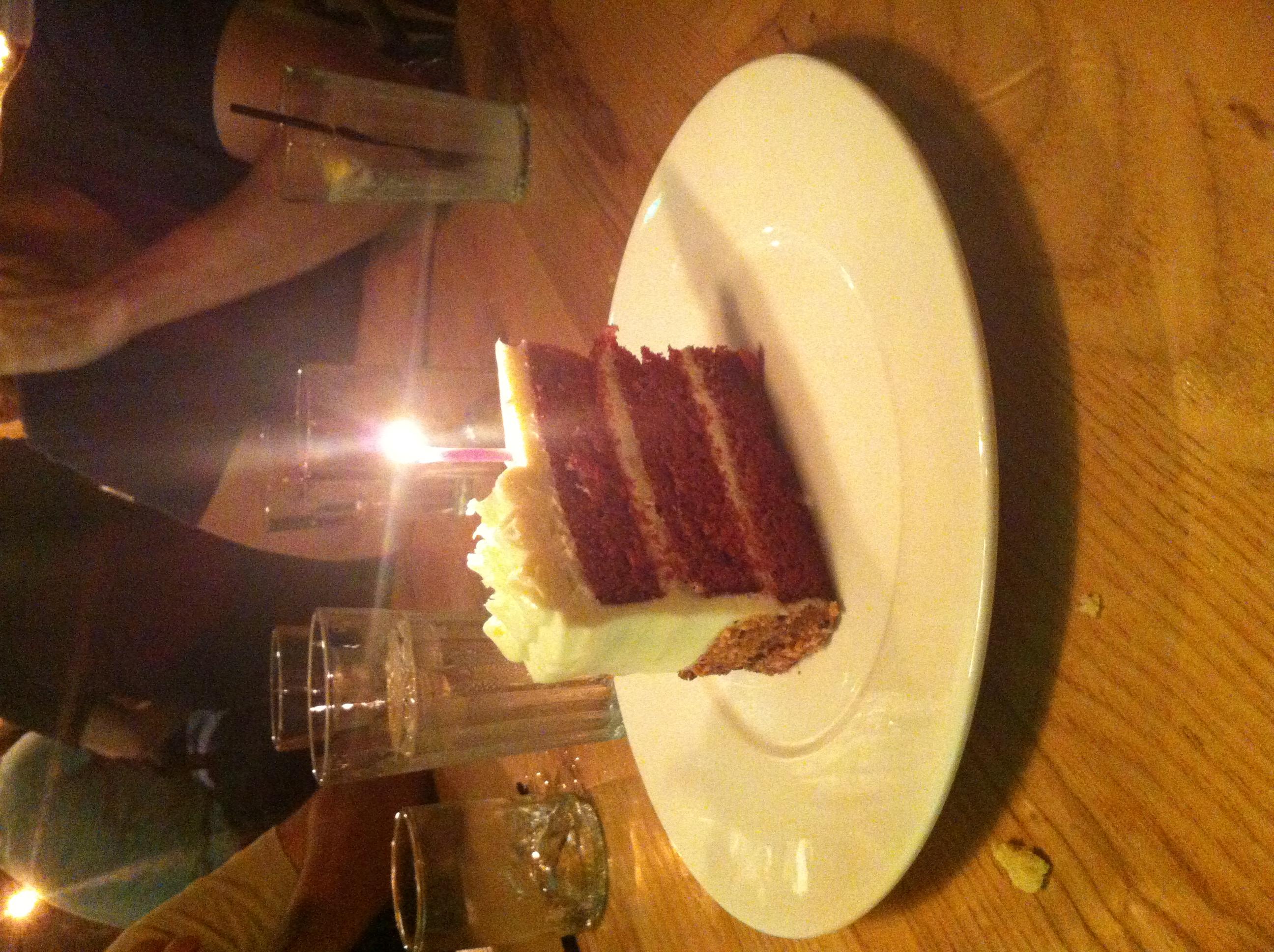 Já comemoramos o aniversário do meu marido com um Red Velvet Cake delicioso.