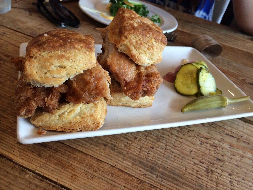 Chicken biscuits: frango frito e os pãezinhos deliciosos do sul.  Foto:http://s3-media4.fl.yelpcdn.com/bphoto/_EOxCM8jU3LVwciZ4Gwxgw/o.jpg