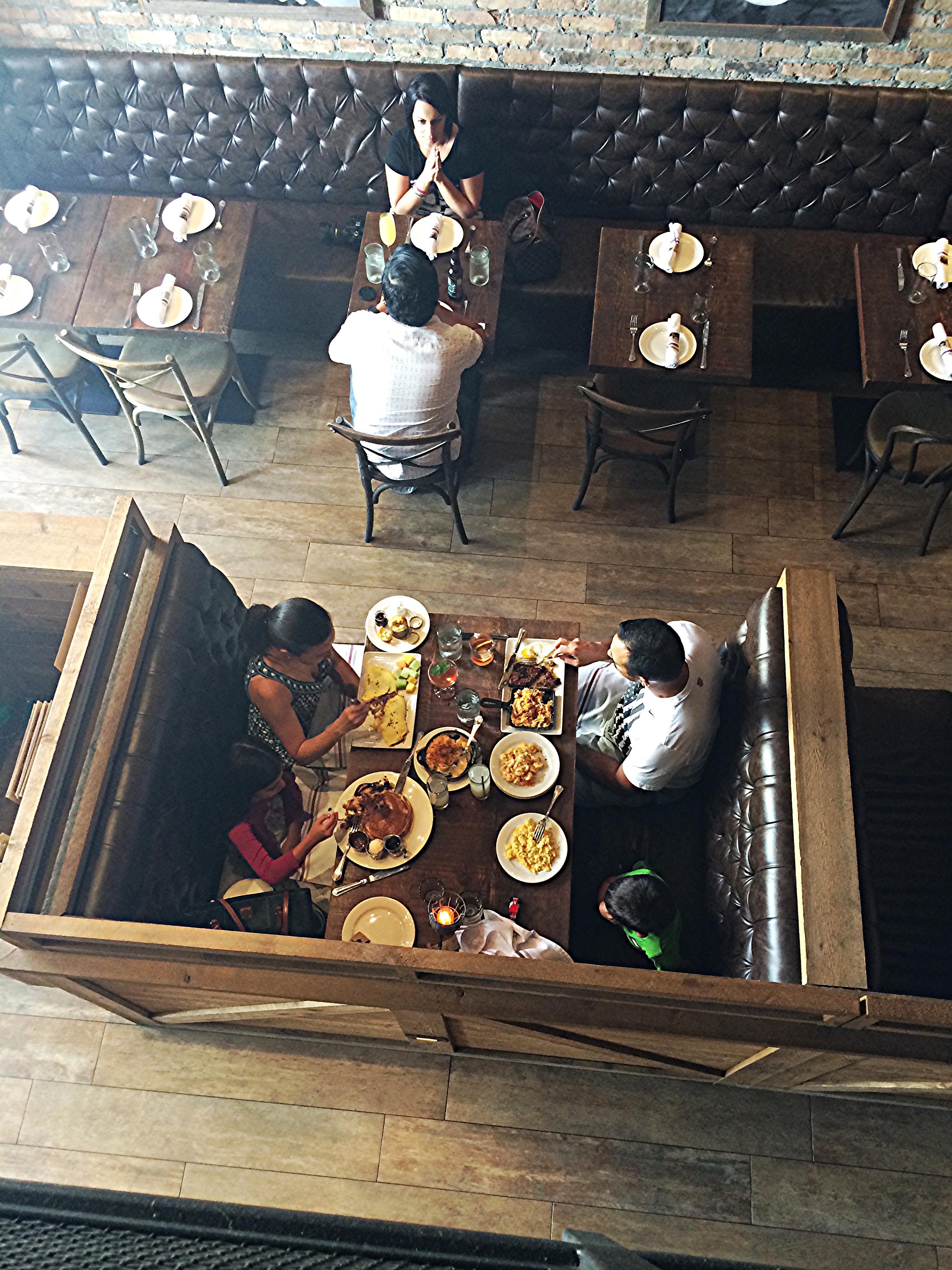 Parte da ida em um restaurante é a espiadela na mesa do vizinho. Desta vez estávamos no mesanino, daí foi fácil dar uma olhada sem ser inconveniente. Dá pra ver que os pratos do brunch são bem servidos, né?