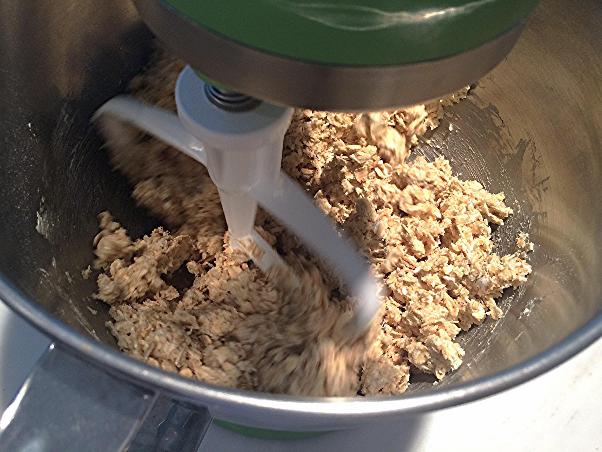 Misture bem até que tudo se incorpore direitinho. Adicione as gotas de chocolate e o sal e misture rapidamente pra distribuir na massa. Está pronto.