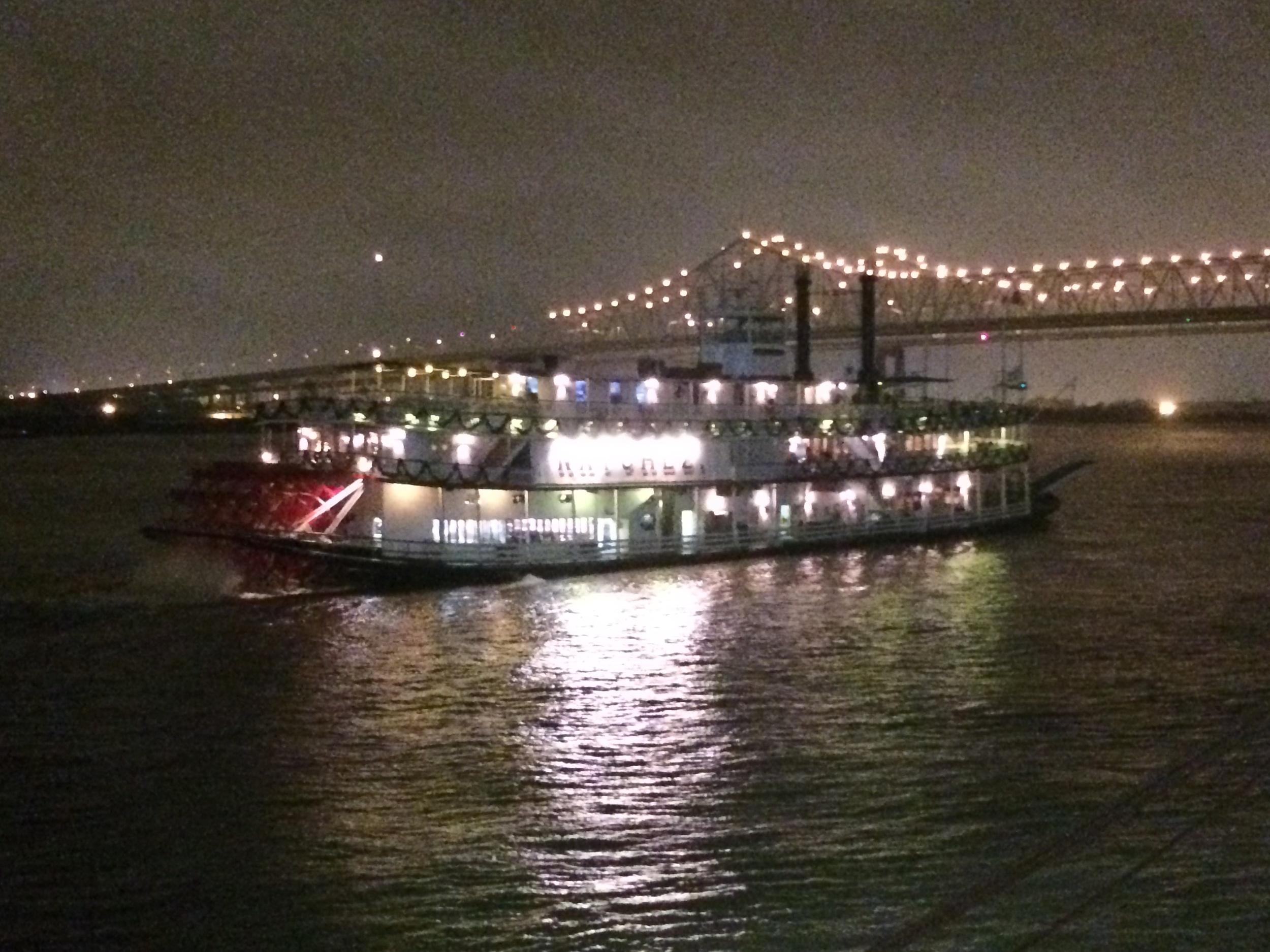 Um barco a vapor menor, mas semelhante ao nosso, na saída de Nova Orleans.