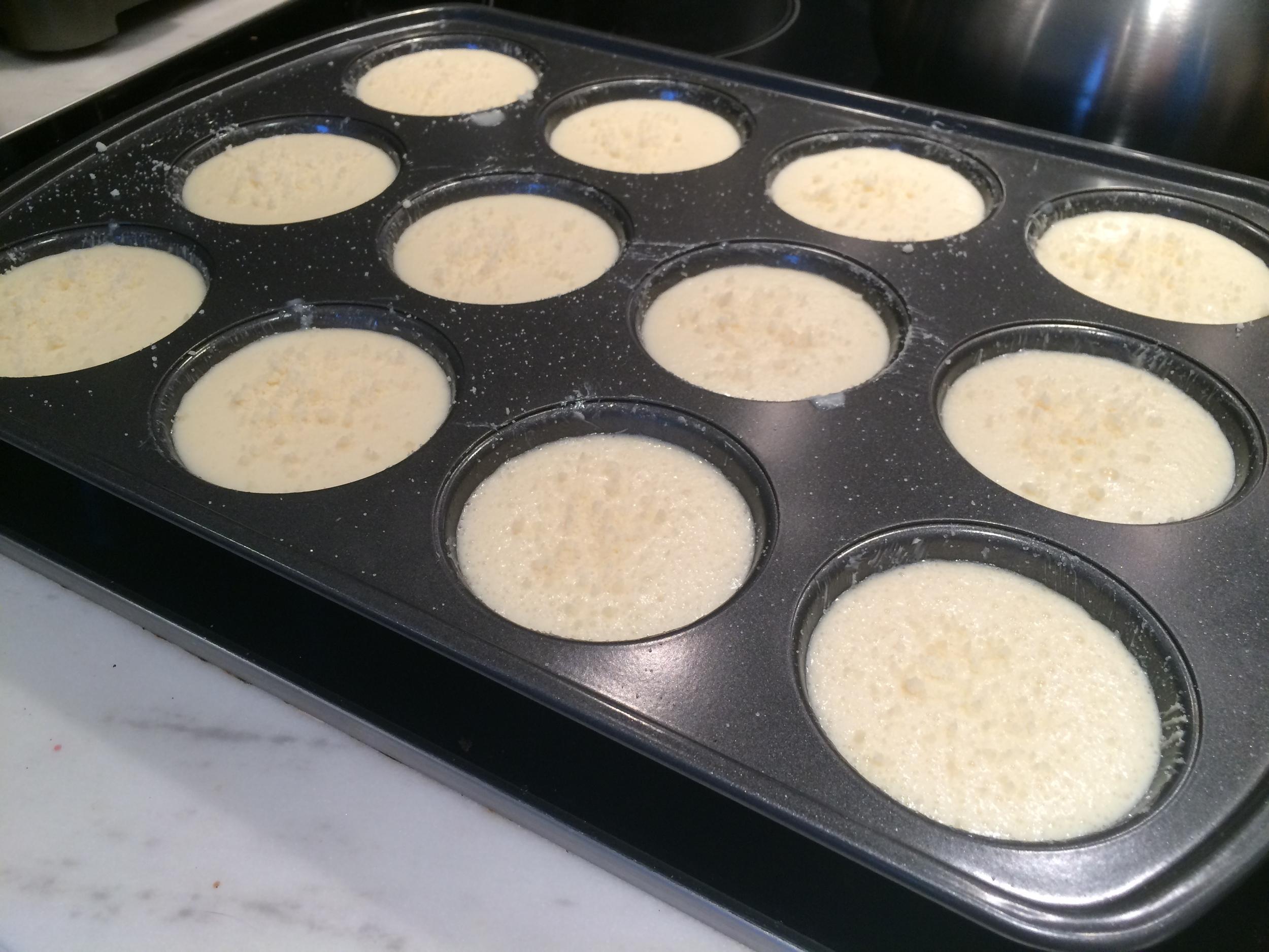Meia receita é o suficiente para preencher uma forma de muffins de 12 espaços. Polvilhe um pouco de queijo na superfície antes de por no forno.