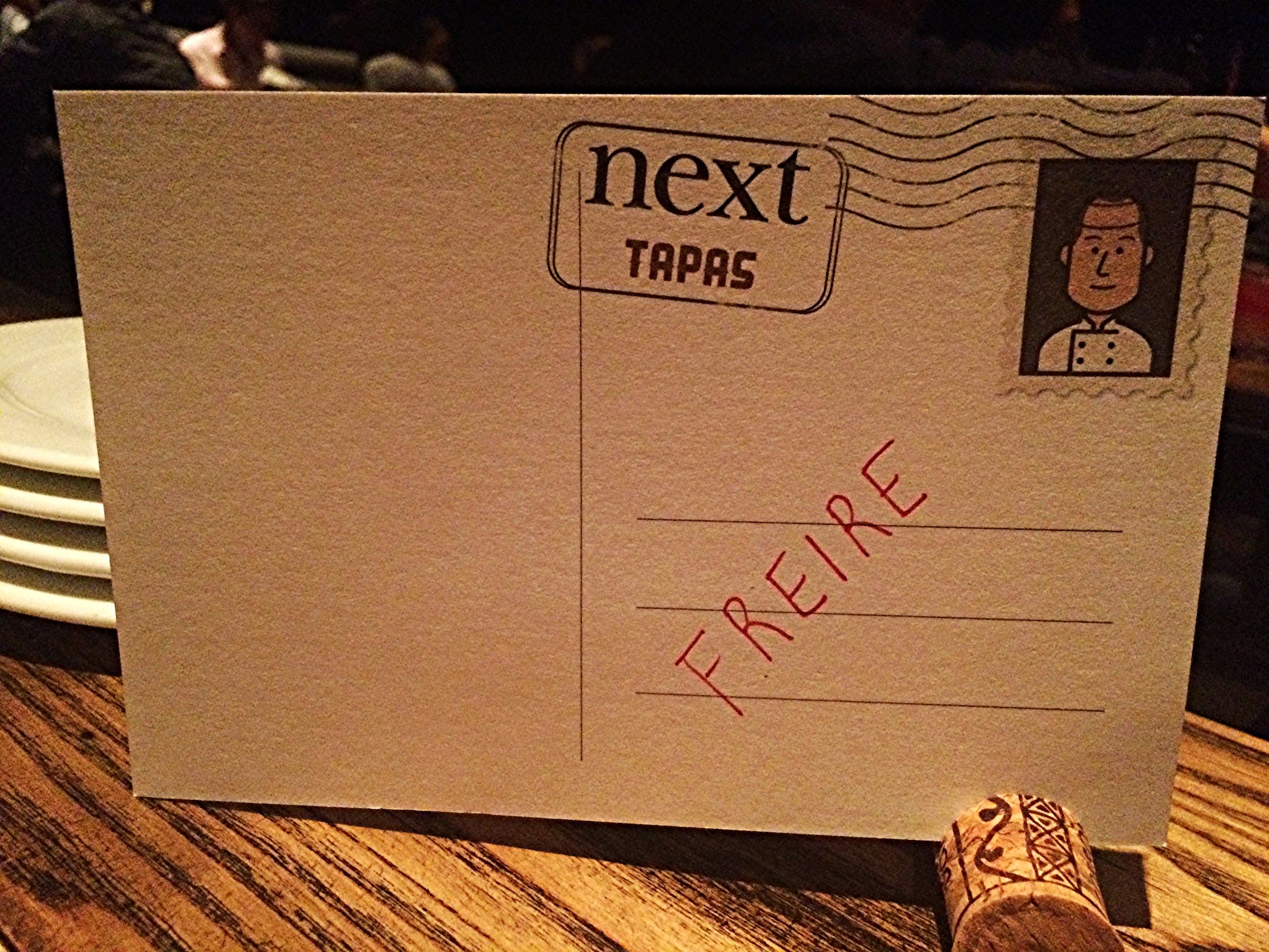 Quando chegamos, a mesa estava com este cartão postal com meu primeiro sobrenome identificando a reserva.