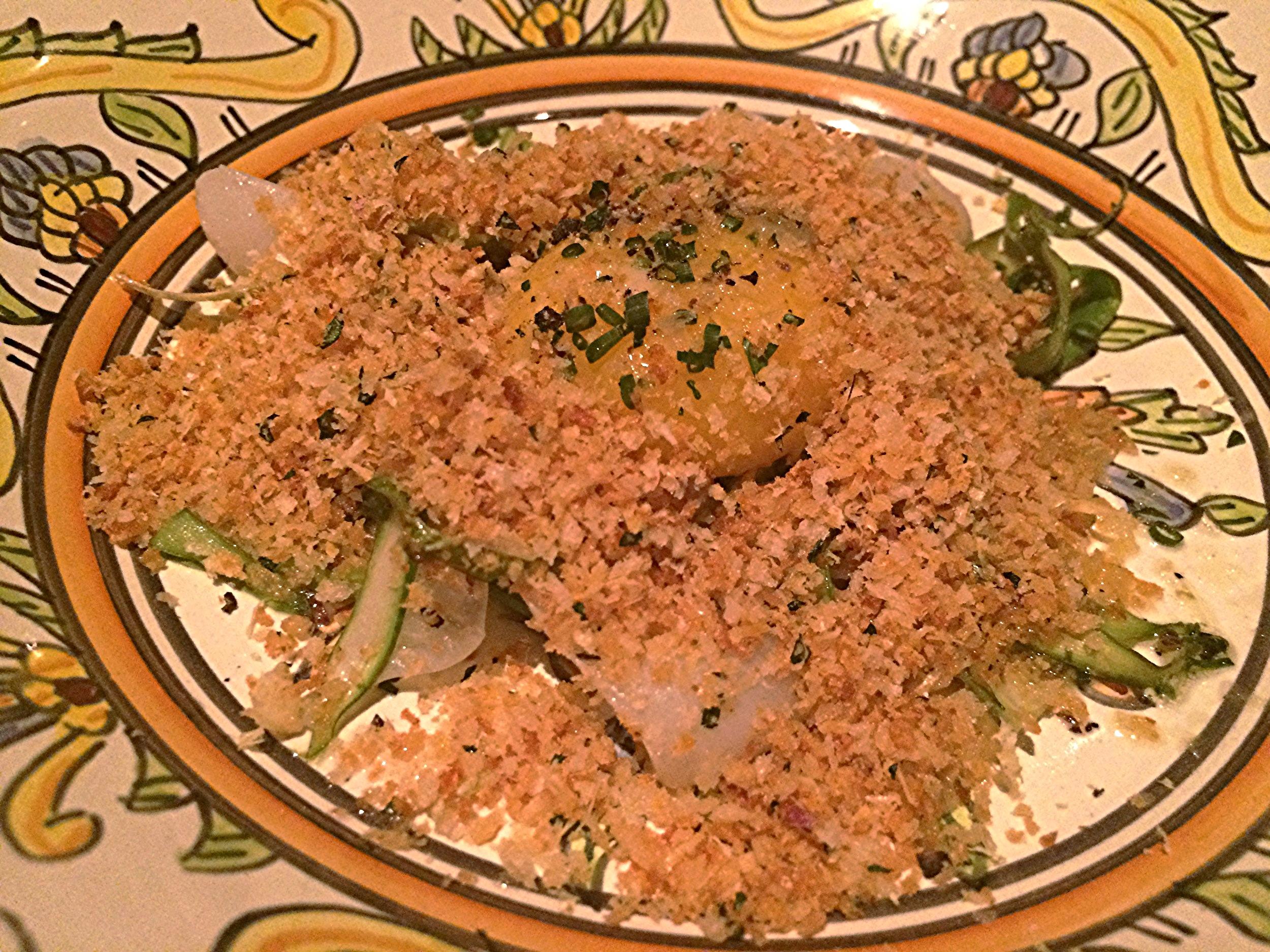Espárragos y sépia: um prato com aspargos, lula,gema de ovo e farofa de pão.