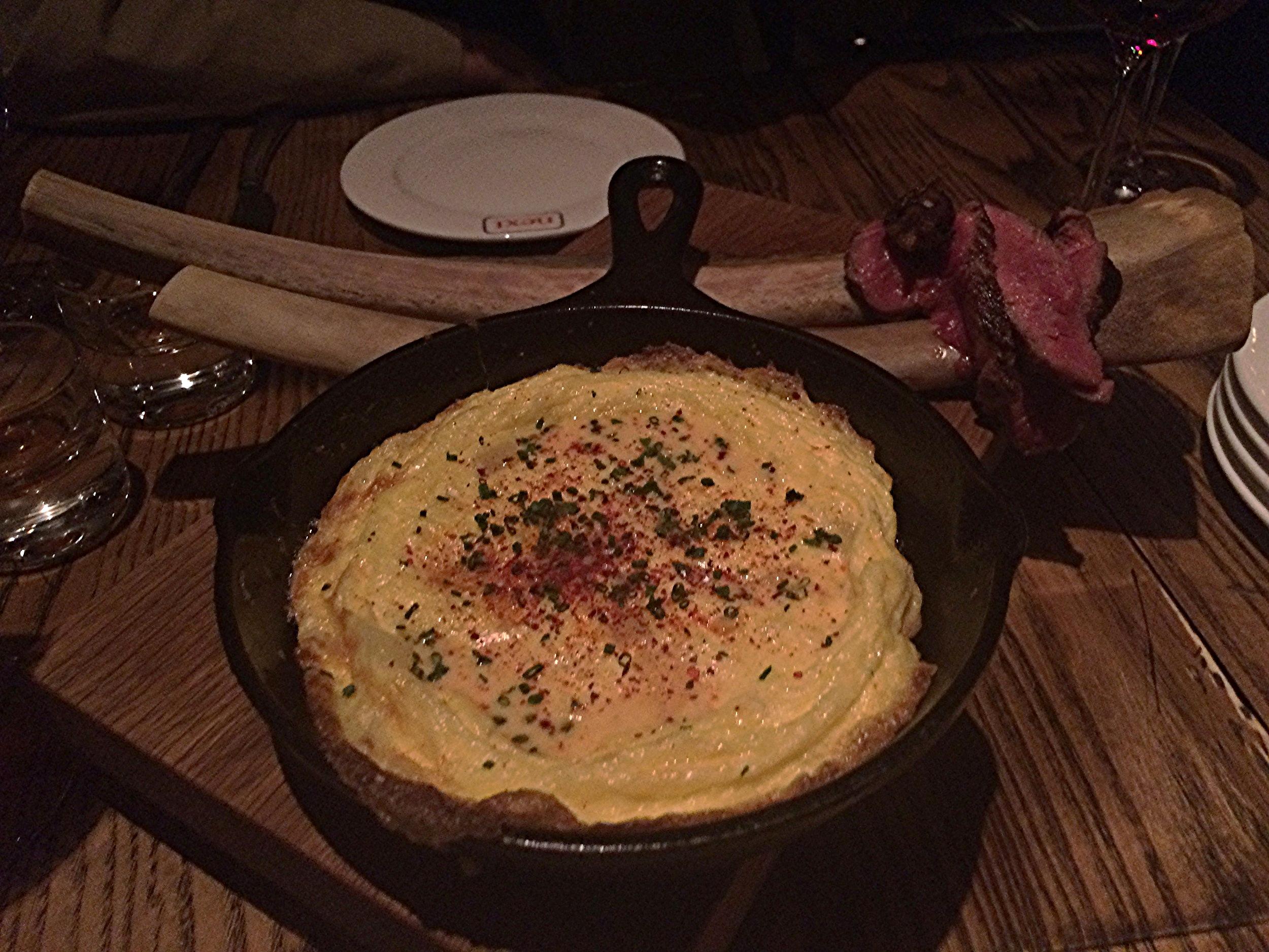 Chuletón Tortilla:  Omelete espanhola com batatas e costela. Destaque pro ponto da carne!