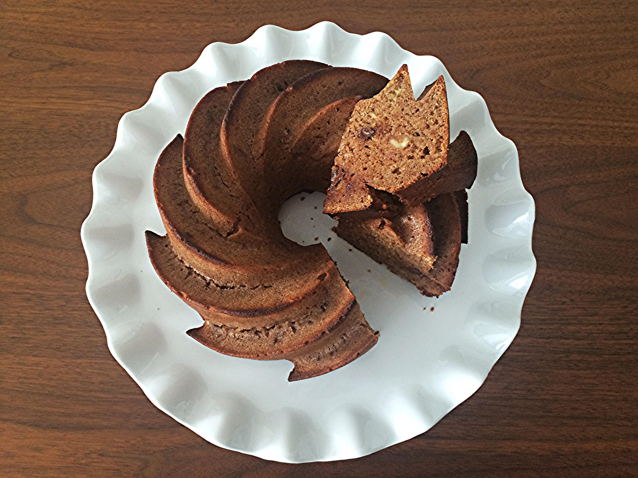 A massa do bolo é mais compacta mesmo. Por isso é importante mexer a massa o mínimo possível. Coloque os ingredientes na ordem em que aparecem na receita, menos a farinha. Mexa tudo pra incorporar, acrescente a farinha, as castanhas e o chocolate e misture o suficiente pra que sejam absorvidos pela massa.