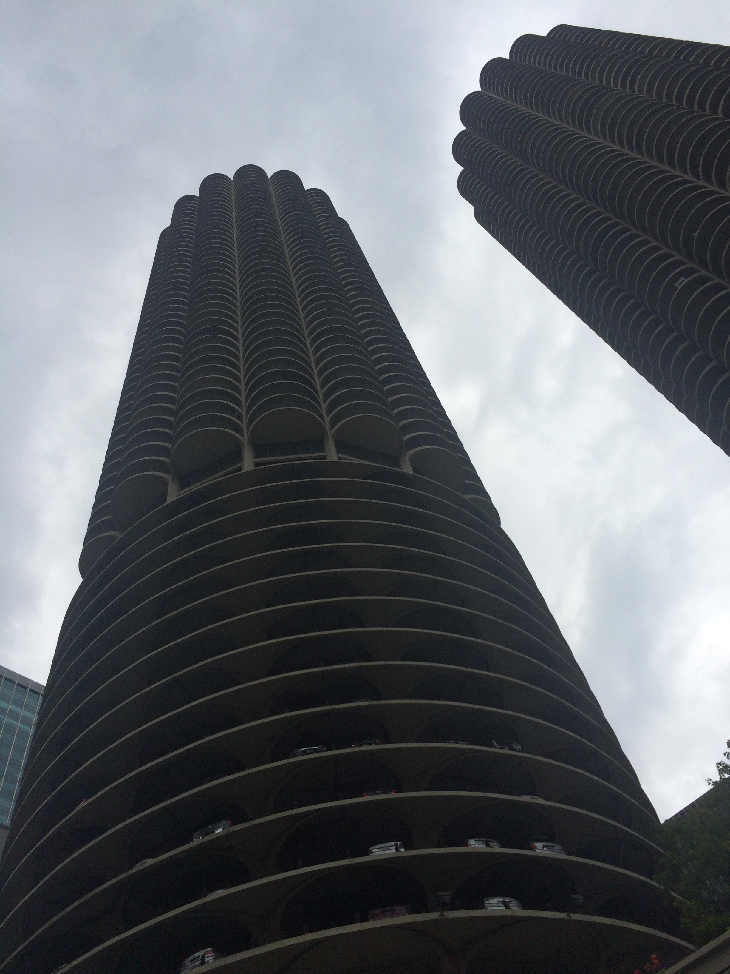 Dois dos prédios mais famosos da cidade. Detalhe da garagem incrível na base deles! O nome do arquiteto é Bertrand Goldberg.