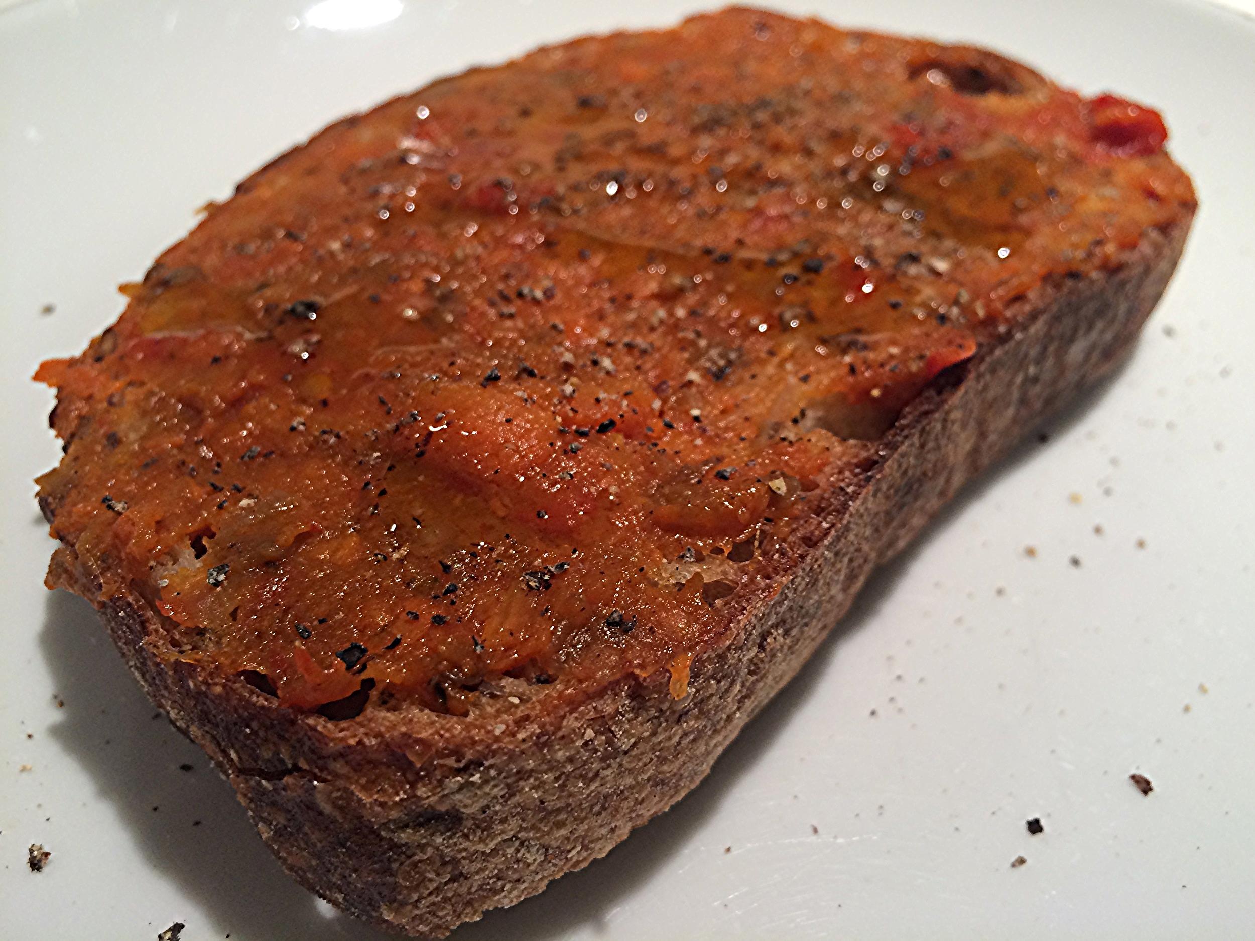 No pão. Um sabor adocicado, picante e defumado, com textura de vegetais em pedaços.