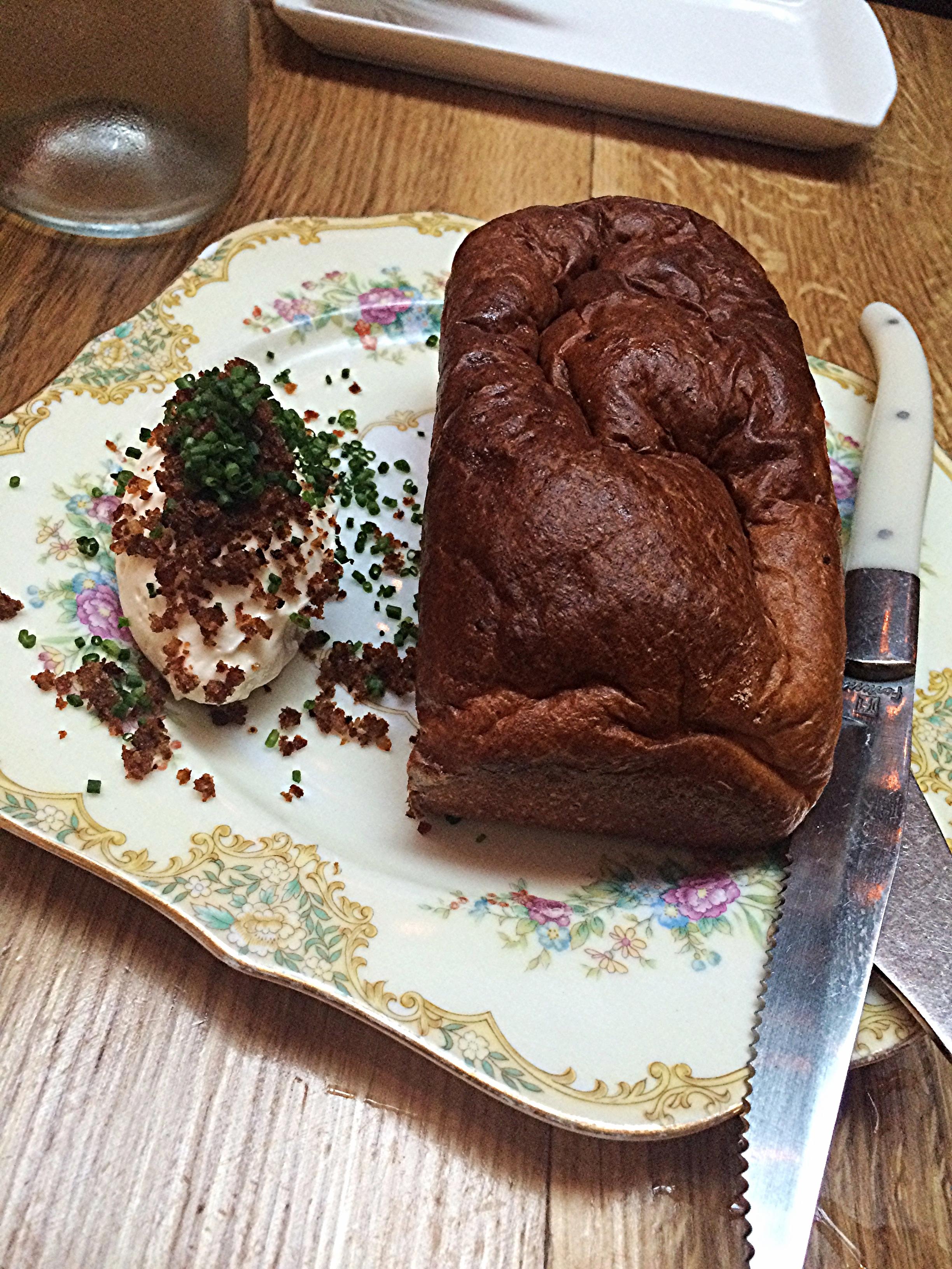 Um brioche super fofo e quentinho, com uma manteiga bem leve, polvilhada de micropedacinhos de batatas crocantes e  ceboullete .
