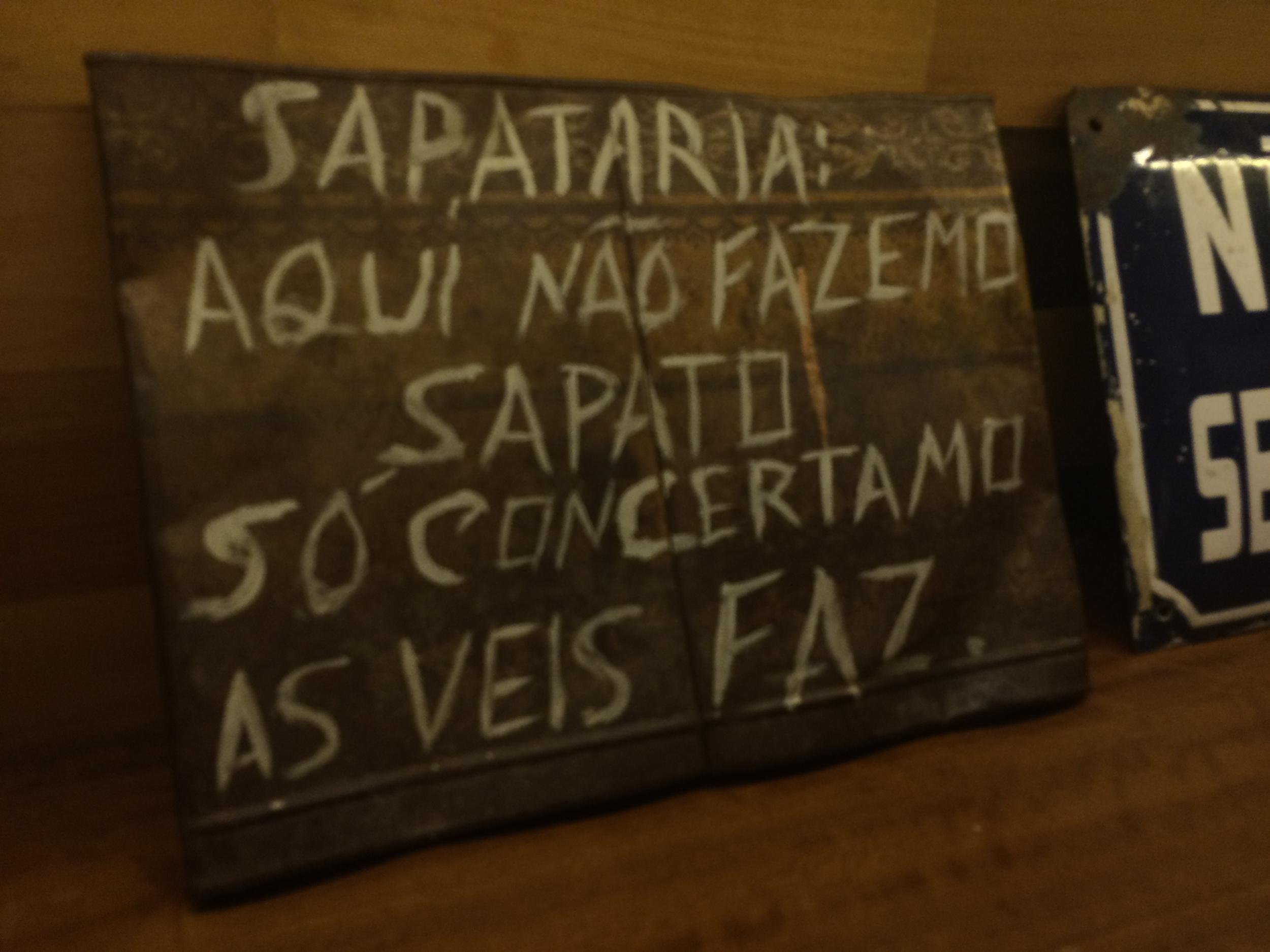 Ainda no Circuito Cultural Liberdade, mas em outro dia, fui à exposição de Kandinsky no CCBB/BH e conheci, também, a filial do Café com Letras que abriram lá. O Lugar é cheio de placas deste tipo da foto, bem divertidas e representativas da gente trabalhadeira e simples que é a brasileira. Jantamos no Café e a comida estava bem boa. Fui também ao Café com letras original, da Savassi, para almoçar. E senti uma nostalgia incrível de quando a gente ia lá tomar uma café e assistir aos Saraus.http://www.cafecomletras.com.br