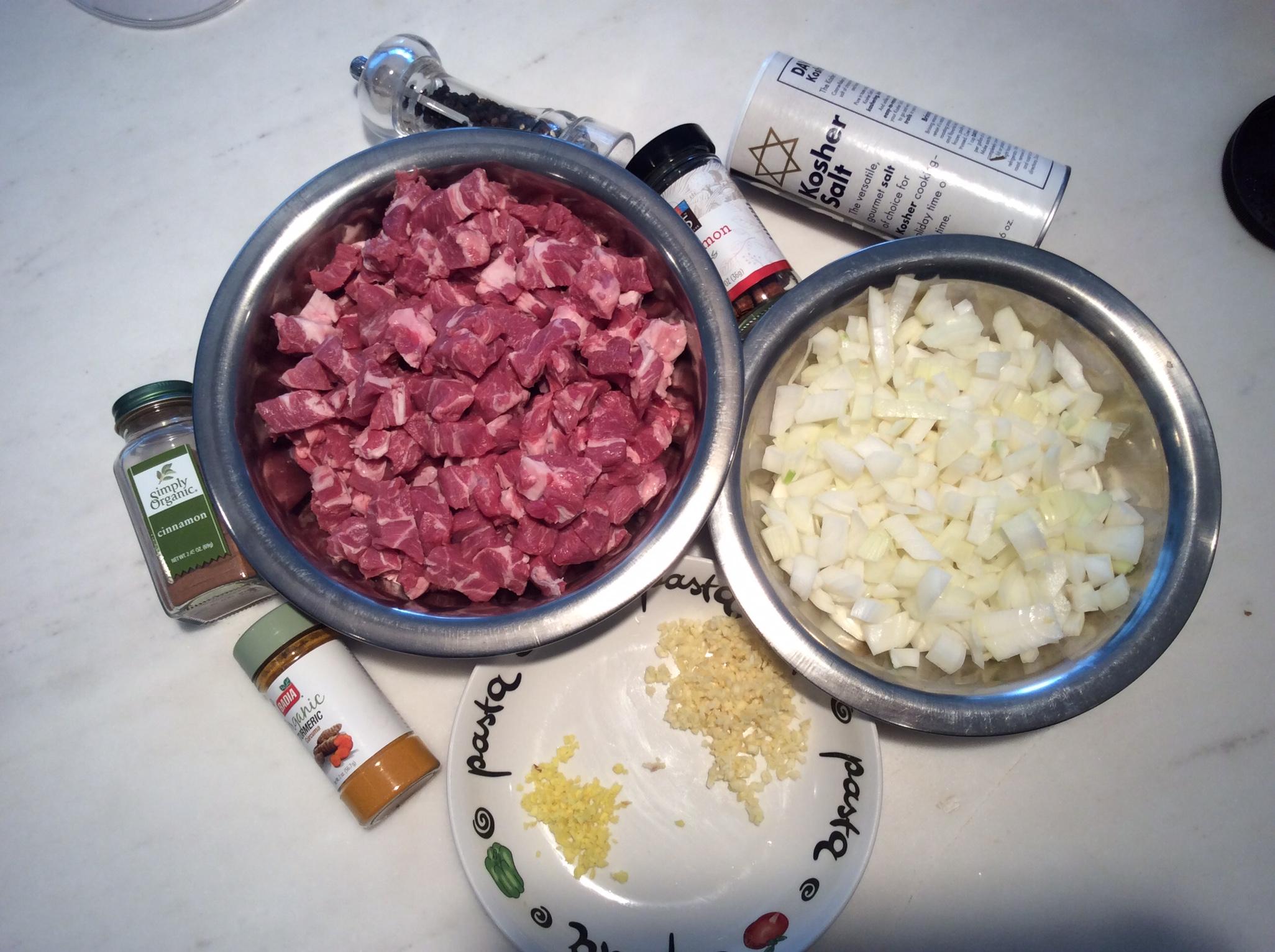 Parte dos ingredientes que usei. Faltaram aí as ameixas, o caldo, os pinholi, o azeite e as ervas frescas.
