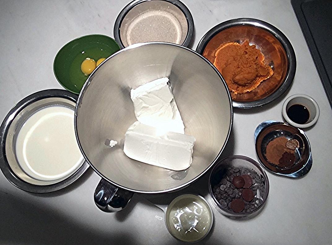 Com os ingredientes da massa todos pesados e separados, você pode começar a trabalhar. Suja um pouco mais de louça, mas garante um resultado muito melhor da sua receita. Vai por mim!