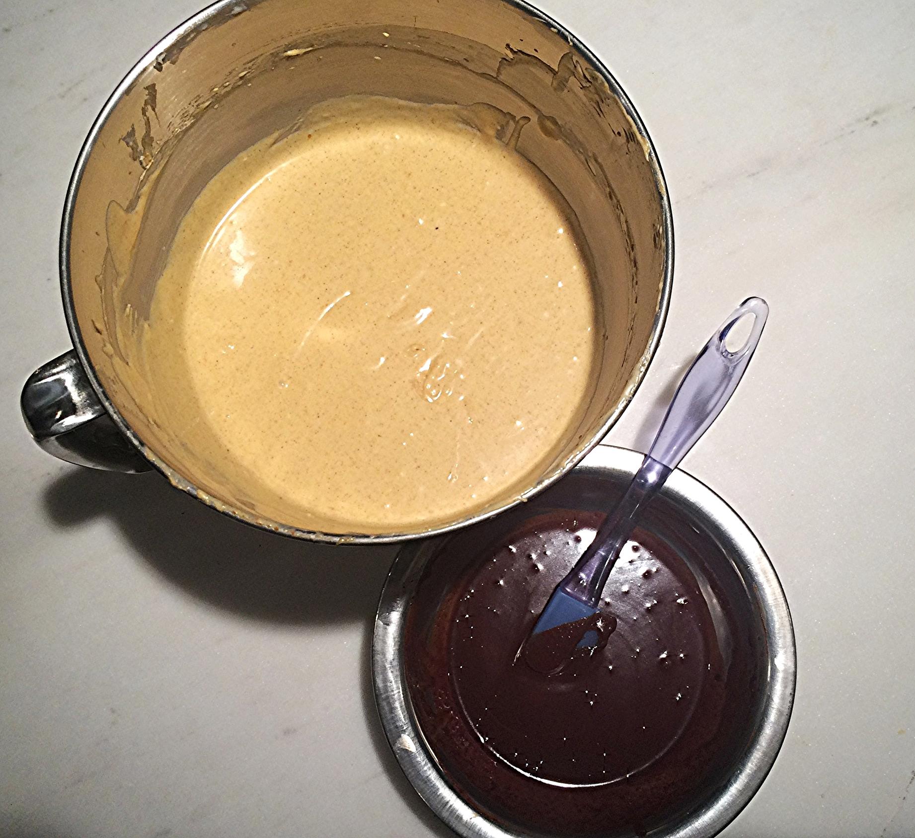 Com a massa de abóbora pronta e o chocolate derretido,incorporado ao creme de leite e frio, separe uma xícara da mistura de cream cheese numa outra tigela e adicione o chocolate derretido. Misture delicadamente até que fique homogêneo.