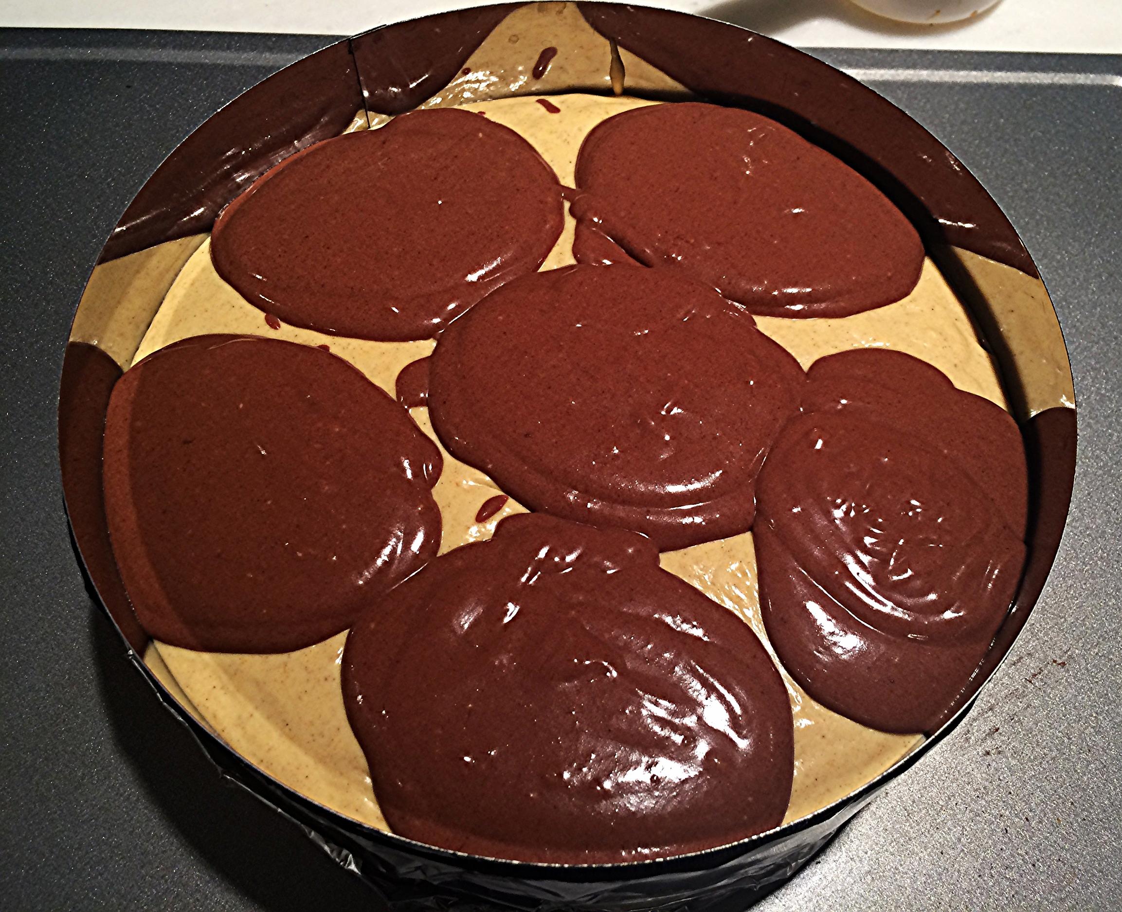Coloque a massa de abóbora por cima da camada de biscoito, deixando uma quantidade próxima a de uma xícara reservada para fazer o marmorizado. Com uma colher de sopa, distribua a massa de chocolate por cima da de abóbora, como na foto acima. Tá vendo como a quantidade quase tampa a superfície da primeira camada? Foi aqui que eu cometi o meu erro. Se você reservar uma xícara da massa de abóbora pra intercalar com a de chocolate, você vai garantir um resultado próximo ao que obtive da primeira vez que fiz. É só colocá-la com uma colher de sopa, nos intervalos entre uma porção de chocolate e a outra.
