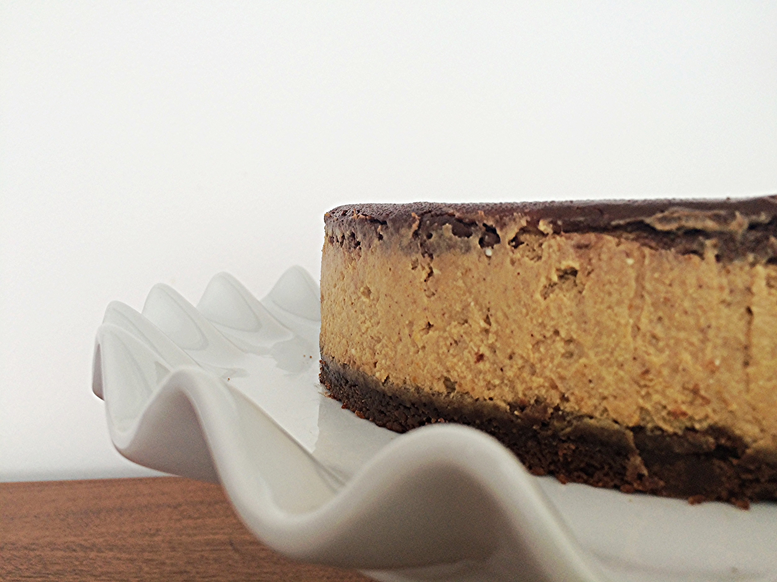 Na receita original, recomendam que o bolo seja servido com chantilly. Eu servi só a cheesecake e acho que é suficiente! O sabor é incrível e, se você conseguir fazer um bom marmorizado, o visual também.