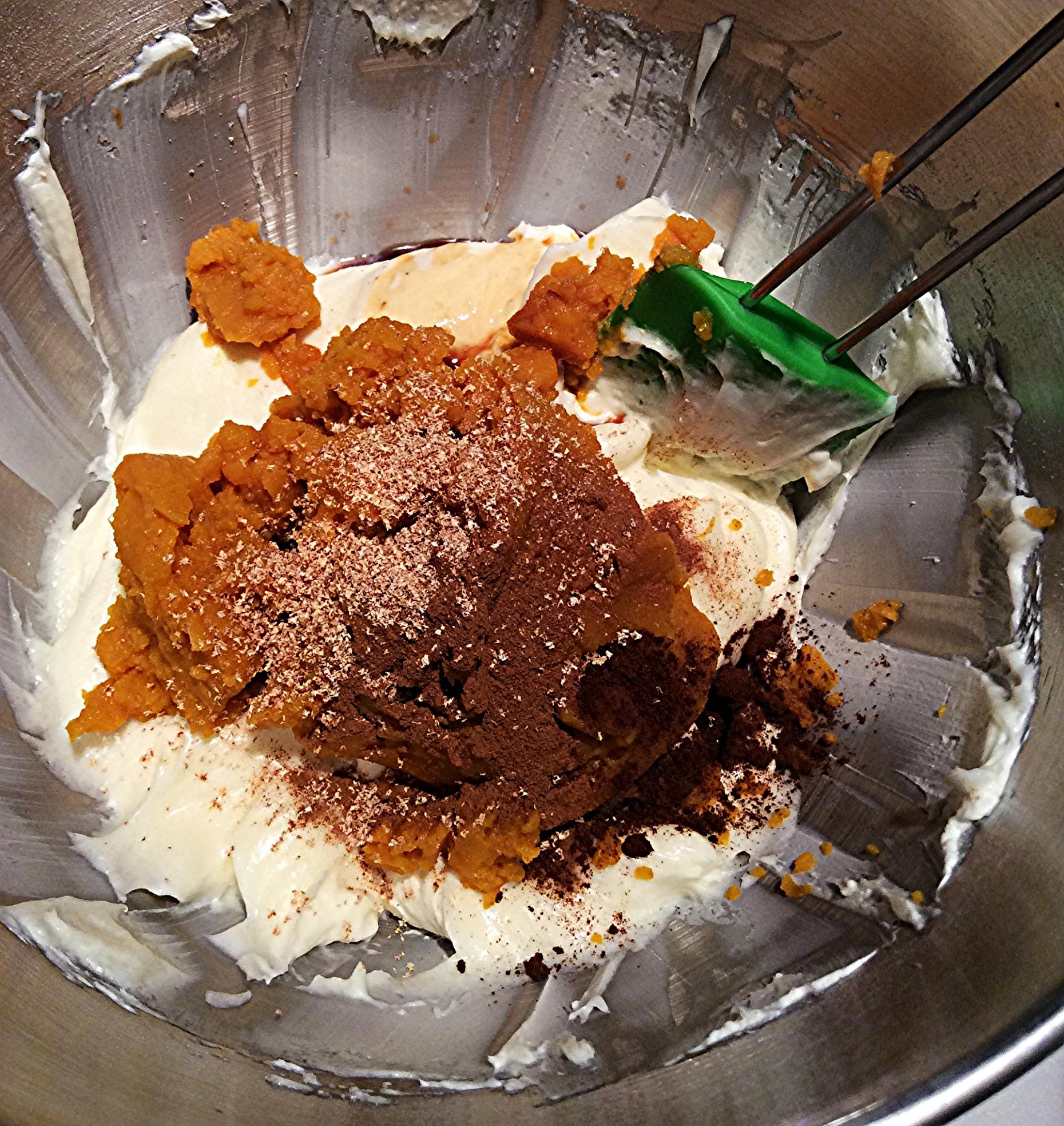 Leve o cream cheese àbatedeira, misturando-o até que esteja macio. Acrescente o açúcar e bata até incorporar. Com a batedeira desligada, adicione o purê de abóbora, as especiarias e o extrato de baunilha. Bata até que tudo esteja bem homogêneo. lembre-se de raspar a superfície e o fundo da tigela com uma espátula de silicone. Isso impede que sobre massa não misturada.