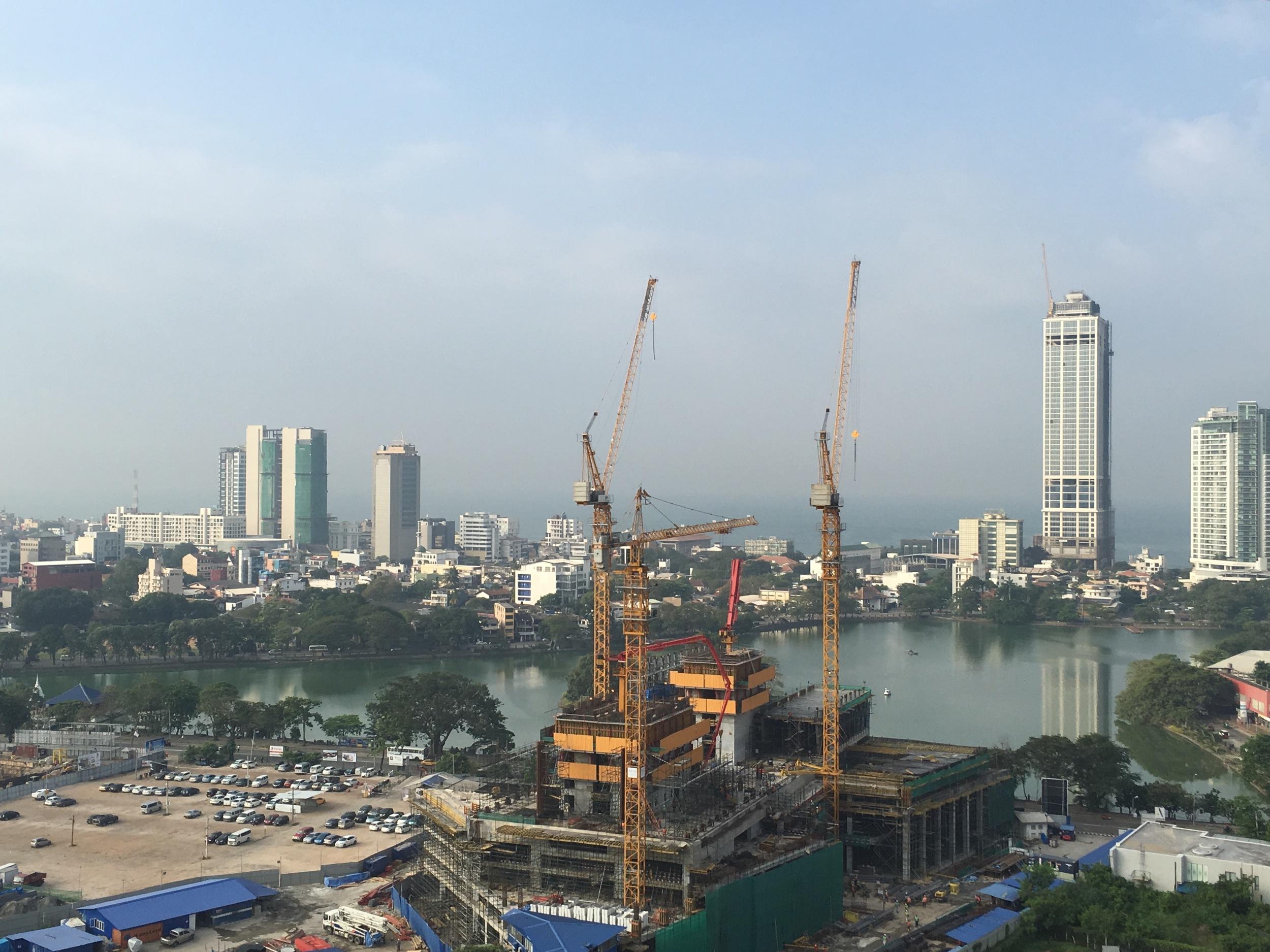 A vista que temos do quarto do hotel. Um grande empreendimento imobiliário chinês está tomando corpo. Atrás, uma lagoa e logo adiante, o Oceano Índico.