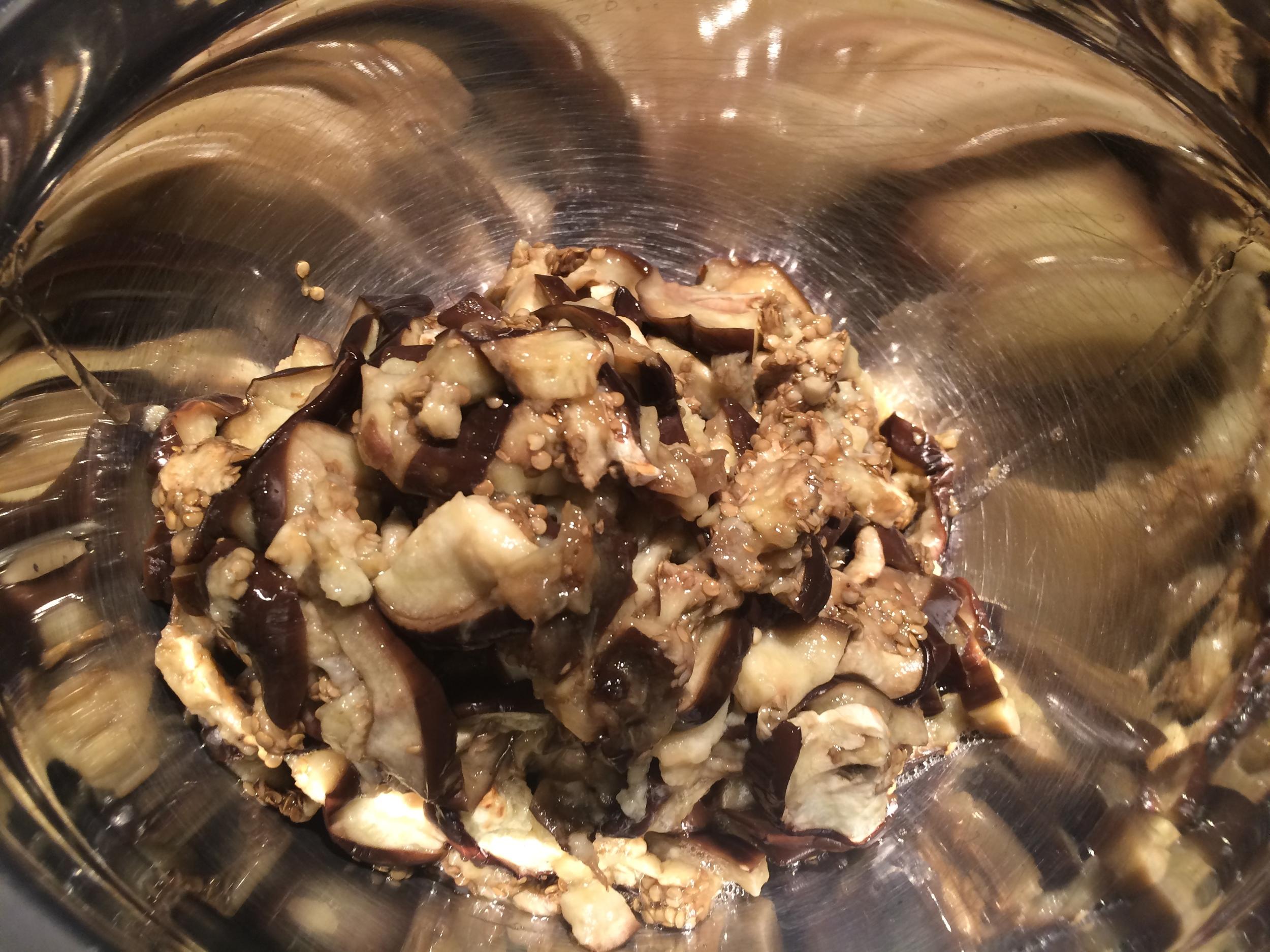 Quando a berinjela esfriar, esprema-a para retirar alguma sobra de líquido delas e coloque-as num  bowl .