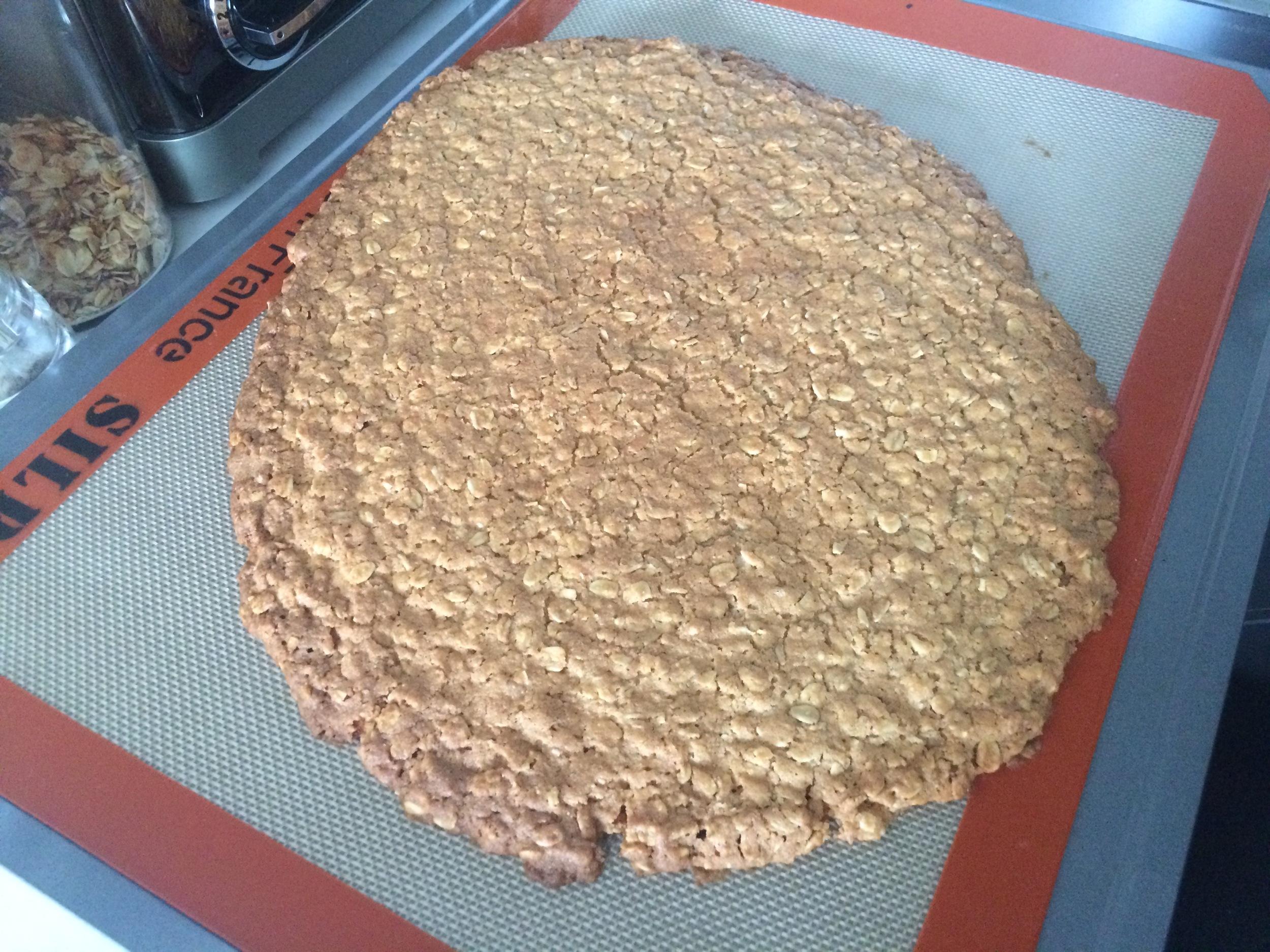 Asse por aproximadamente 15 minutos (dependerá do forno). O ponto é quando as bordas estiverem douradas, mas a massa ainda cede um pouco ao toque. Sua casa deverá estar cheirando a cookie!